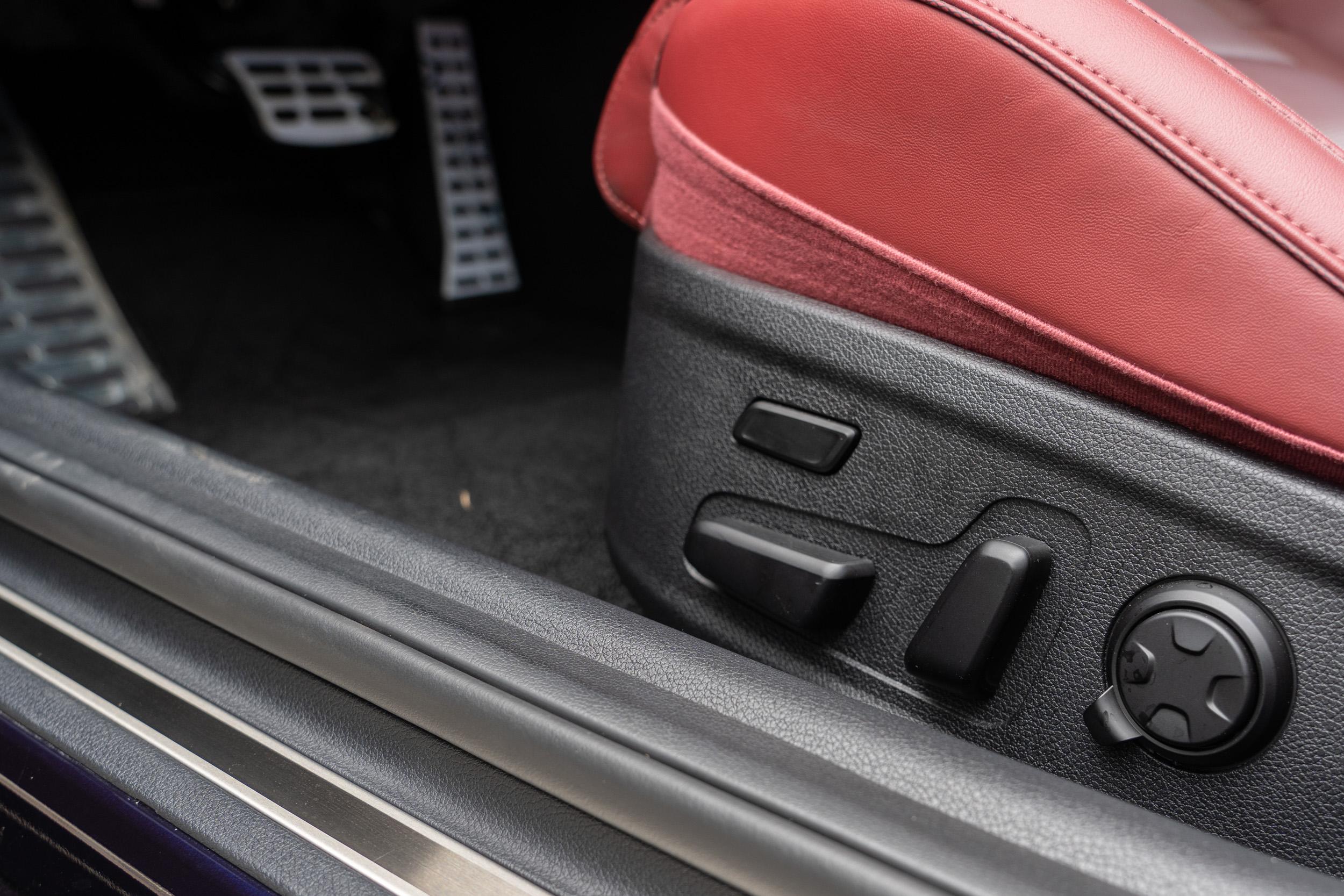 駕駛座還有記憶、可電動調整椅面長度、側面包覆等功能。
