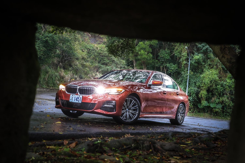 BMW 320i M Sport 售價新台幣 229 萬元,另有 255 萬的 330i Luxury 及 275 萬的 330i M Sport。