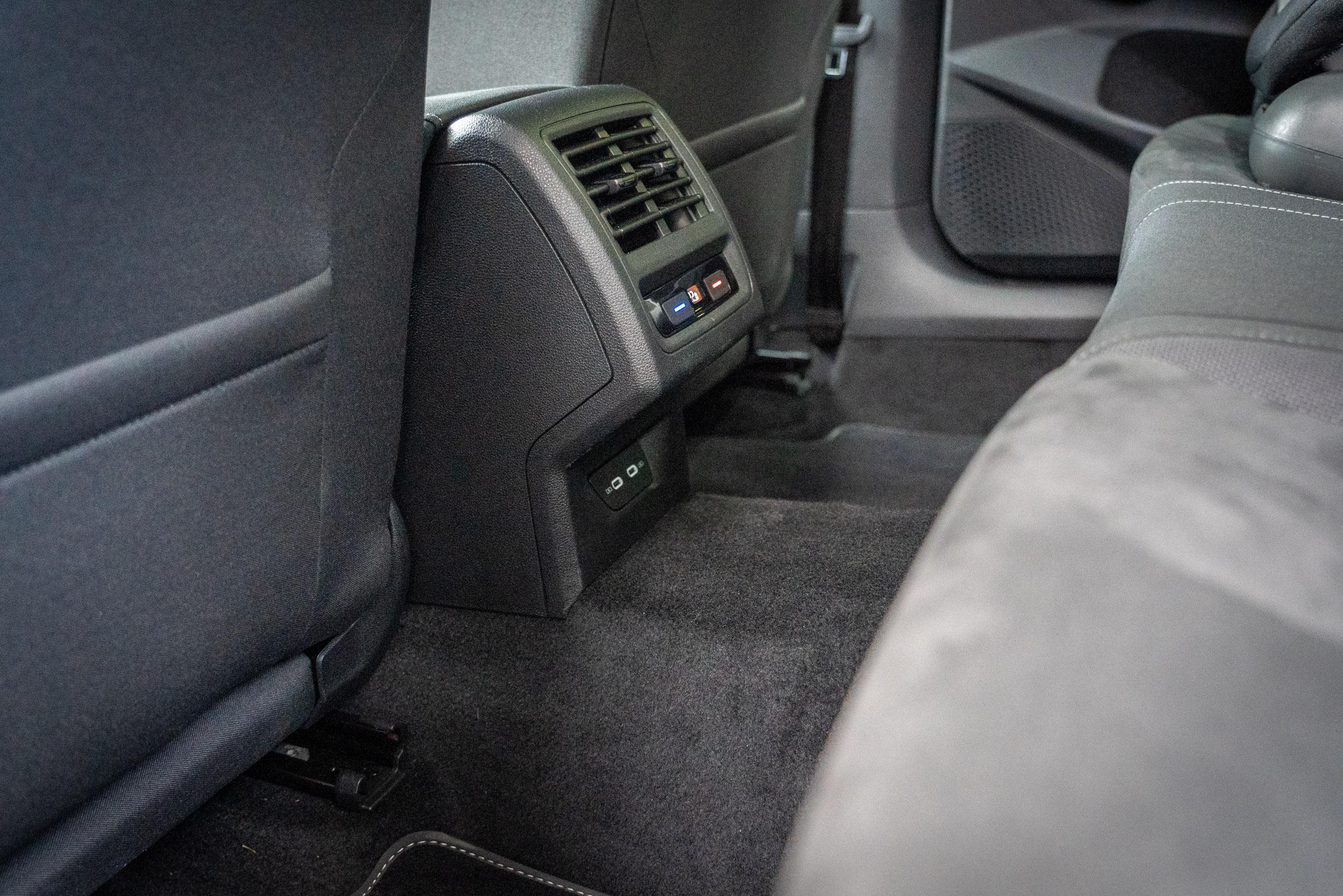 標配三區恆溫空調,後座中央龍骨處隆起較高,中間乘客乘坐舒適度稍微打折。