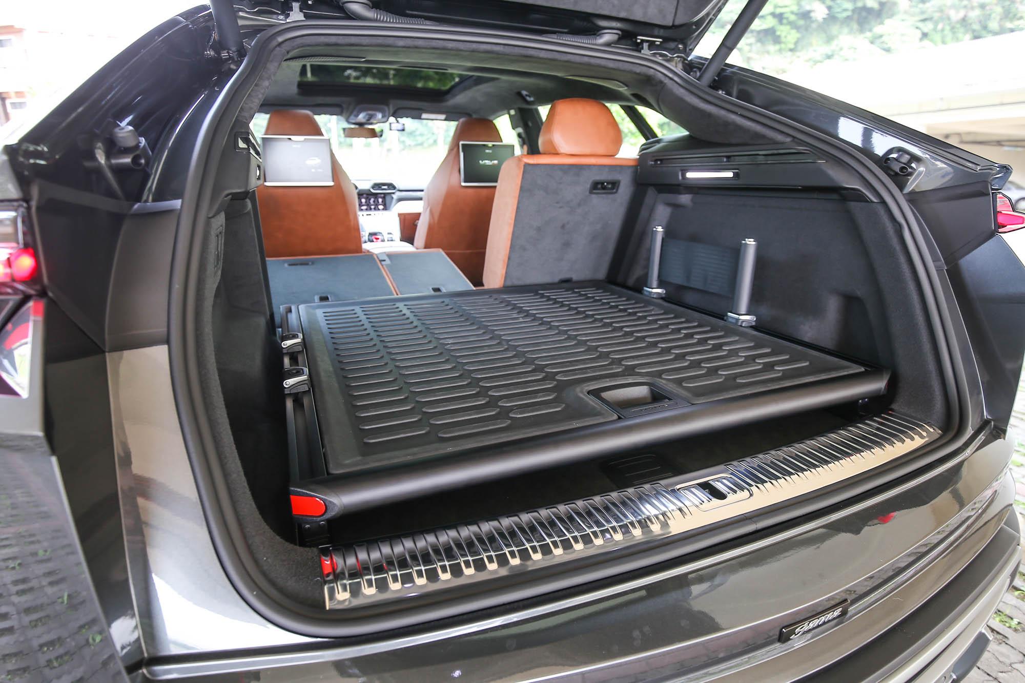 可放下三套高爾夫球具的後廂空間,還選配硬式拖盤套件,更添裝載物品的便利性。