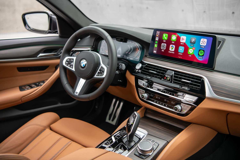 雙 12.3 吋高解析度螢幕整合全數位虛擬儀錶與中控觸控螢幕,同時可無線連結Apple CarPlay或Android Auto。