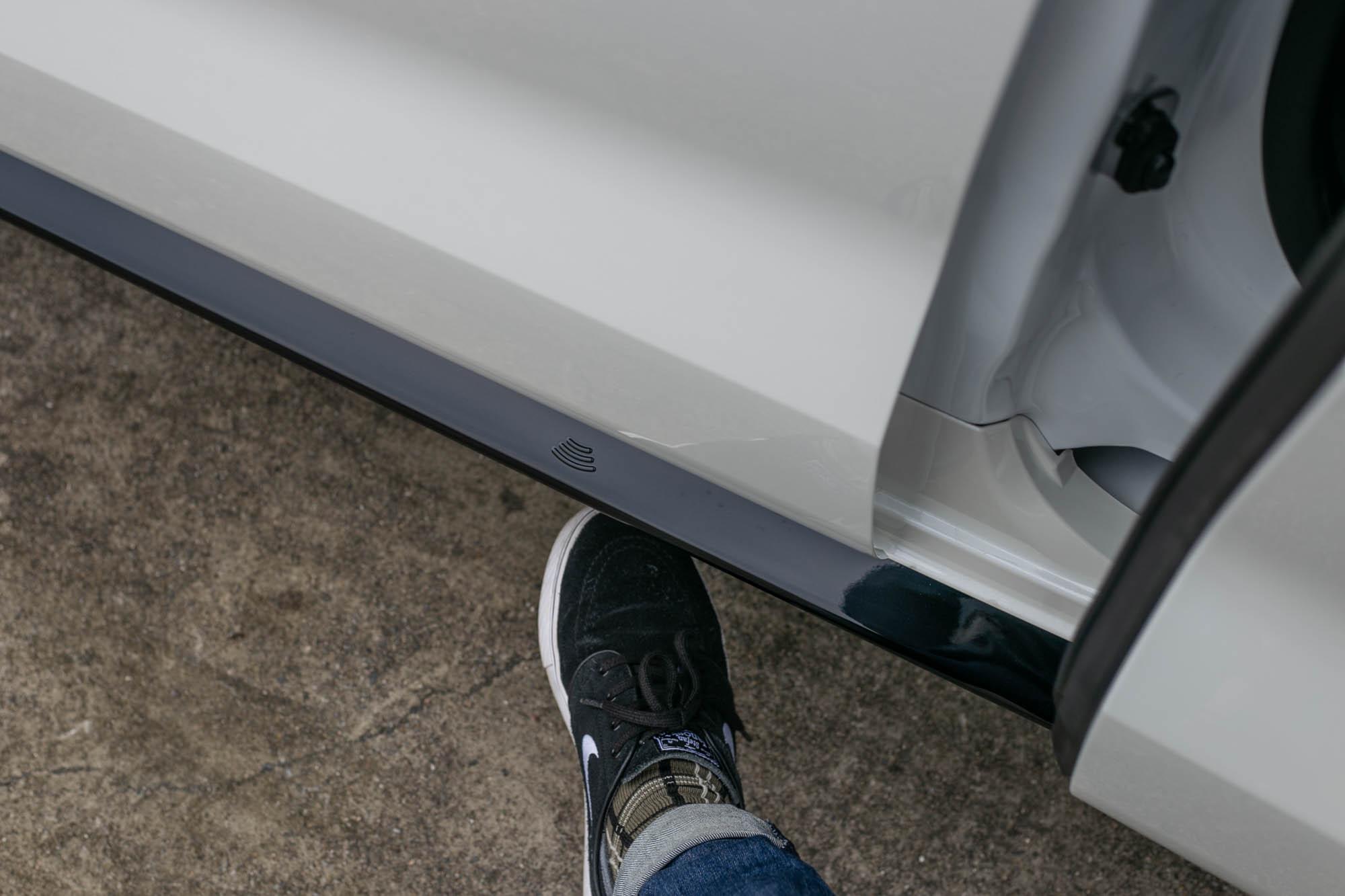兩側電動滑門也有足踢感應式,相當實用。