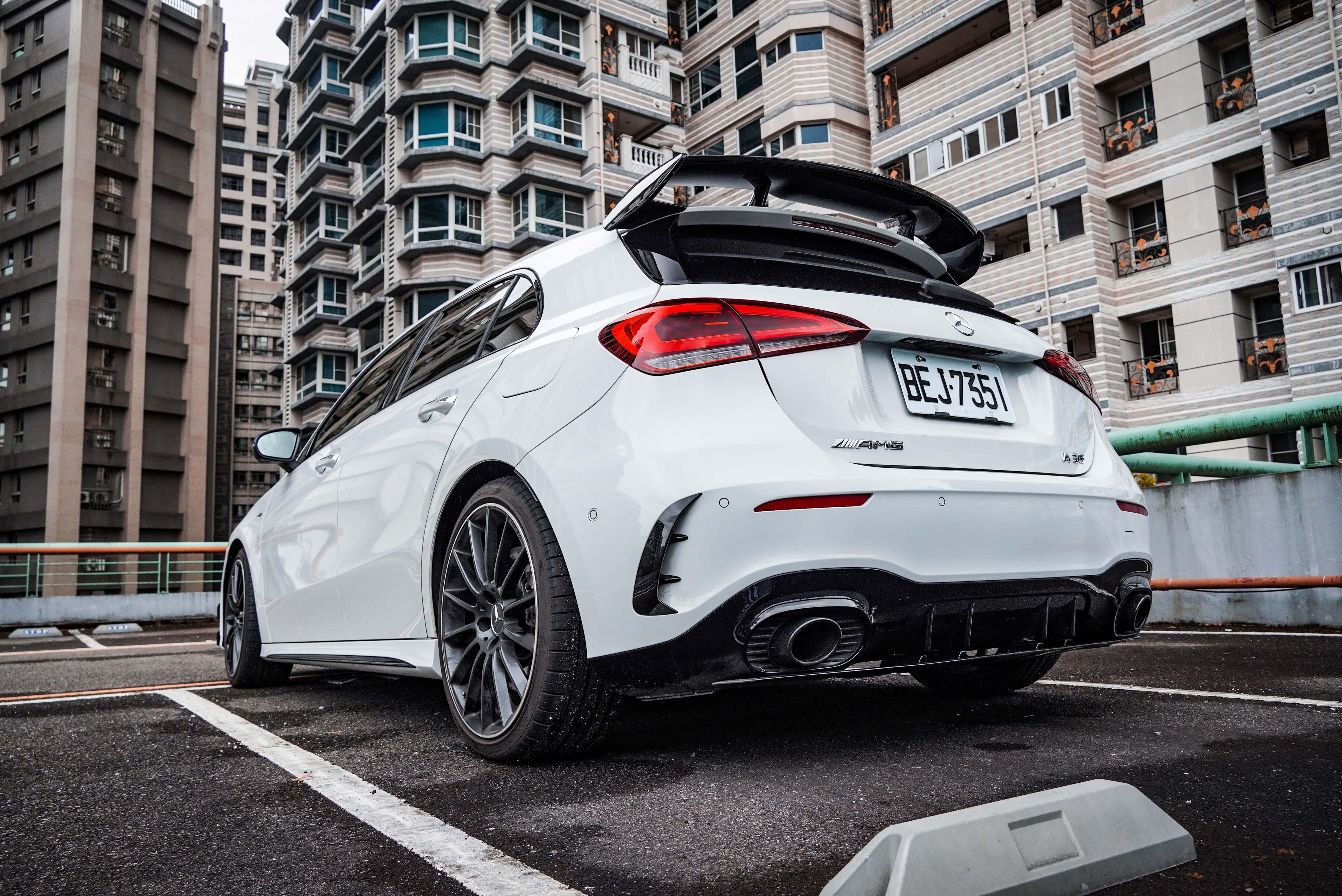 AMG 空力套件提供車尾保桿進氣口黑色鰭片、黑色 AMG 後尾翼。黑色鍍鉻排氣尾管屬於夜色套件。