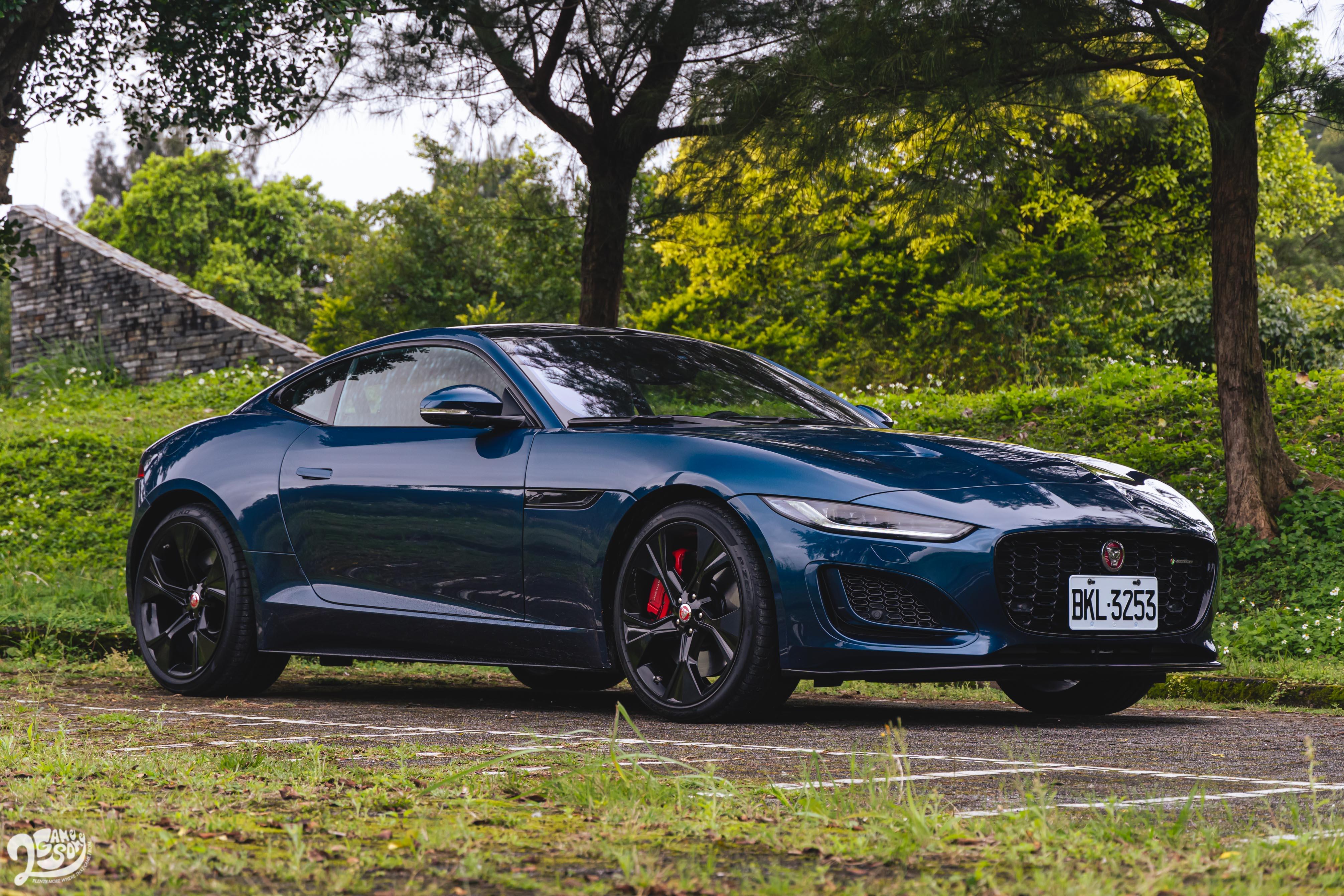F-Type 擁有健壯肩線、長車頭短車尾黃金比例、豐腴的車尾線條。