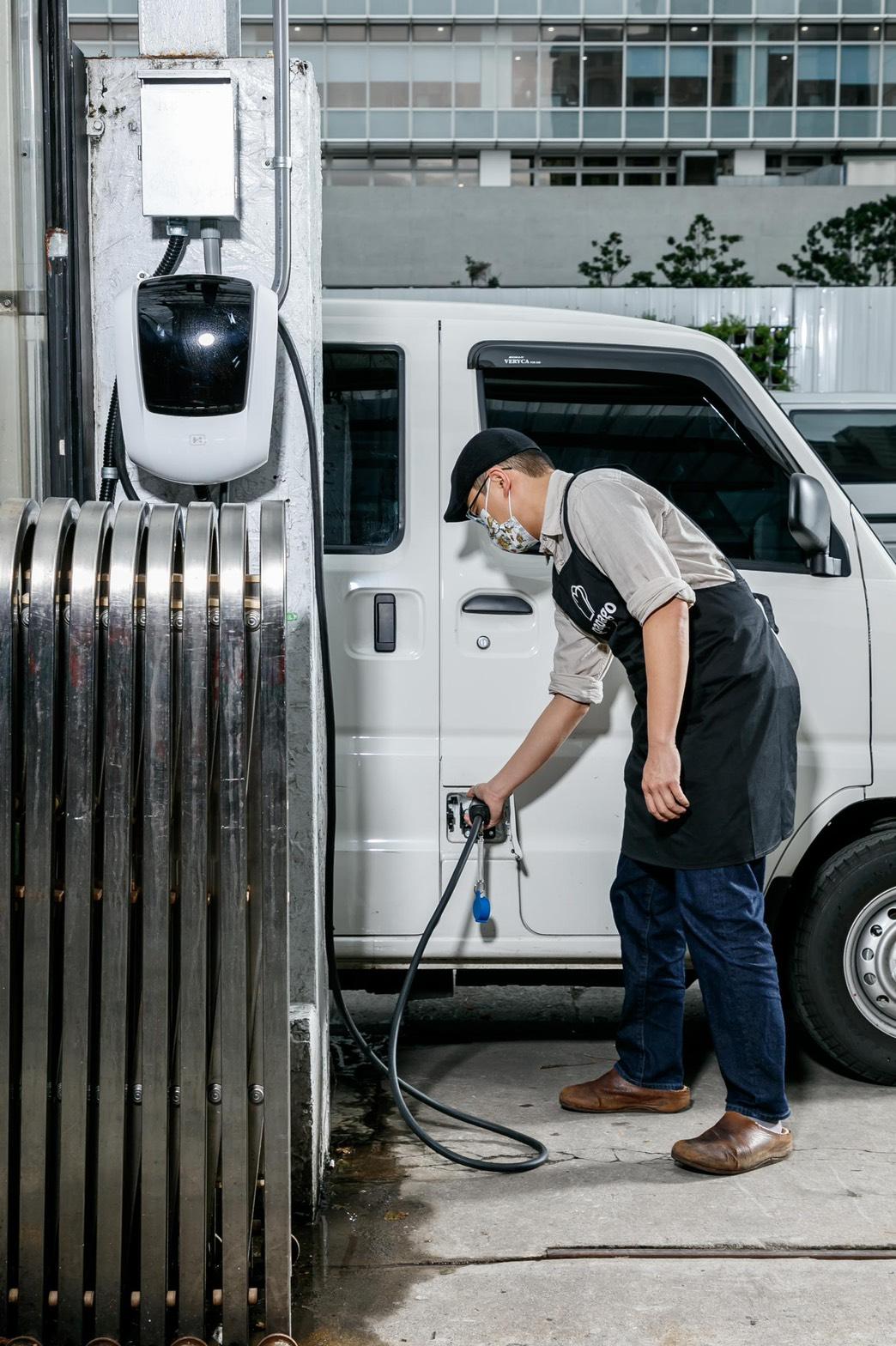 e-Veryca 菱利電動車透過壁掛充電器便利充電。