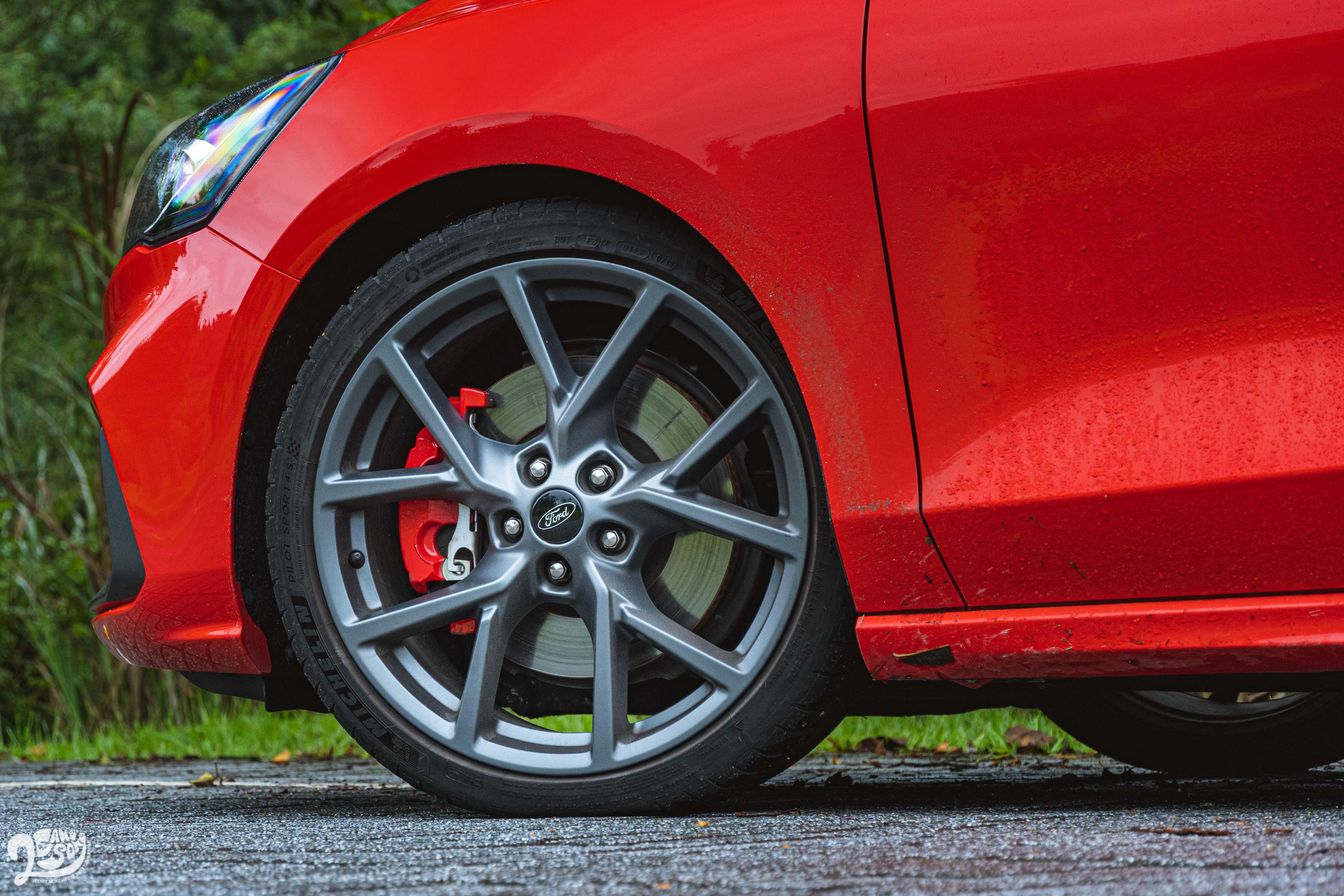 標配 ST 專屬賽道級懸吊系統、19 吋輪圈及 235/35 ZR19 Michelin Pilot Sport 4S 高性能跑胎。