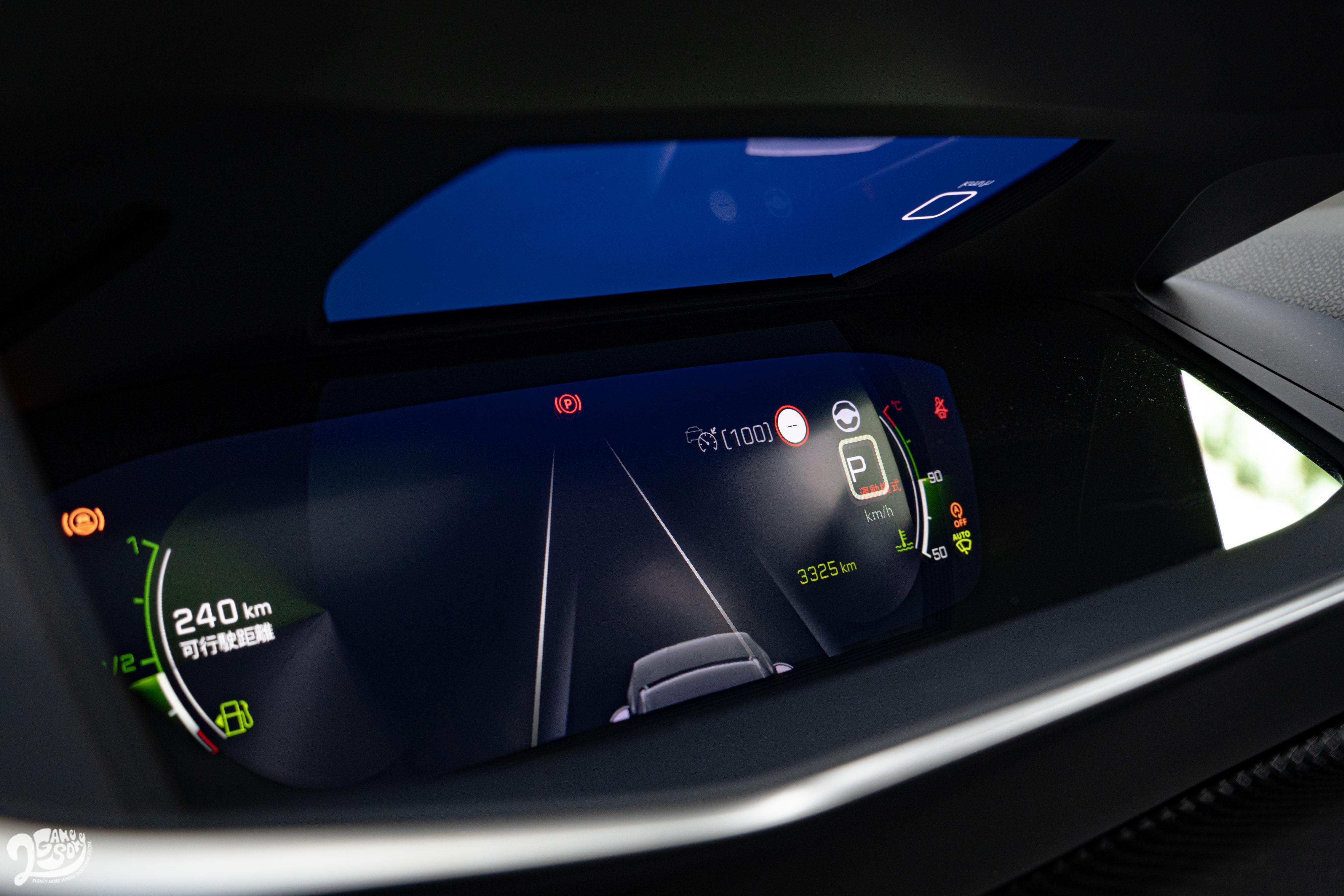 此角度可以看到儀表上方投射螢幕。