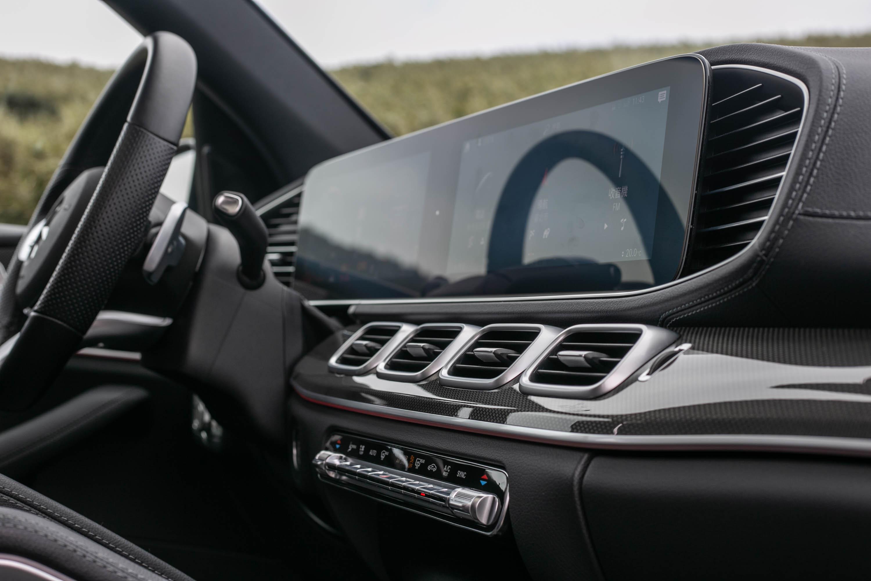 雙螢幕搭配中央四出式空調出風口,更顯品牌旗艦休旅車霸氣。