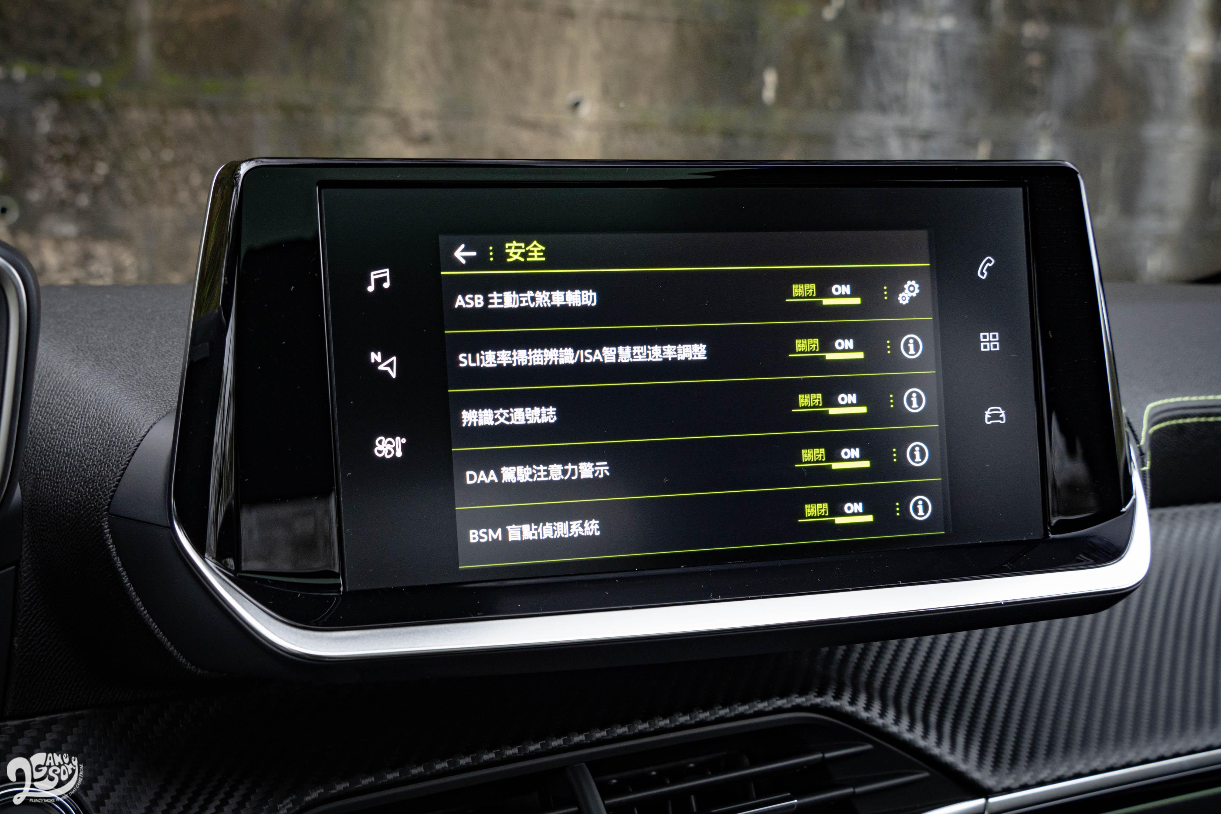 全車系也標配 SLI 速率掃描辨識系統、ASB 主動式煞車輔助系統、和 FCW 前方碰撞預警系統等先進科技。