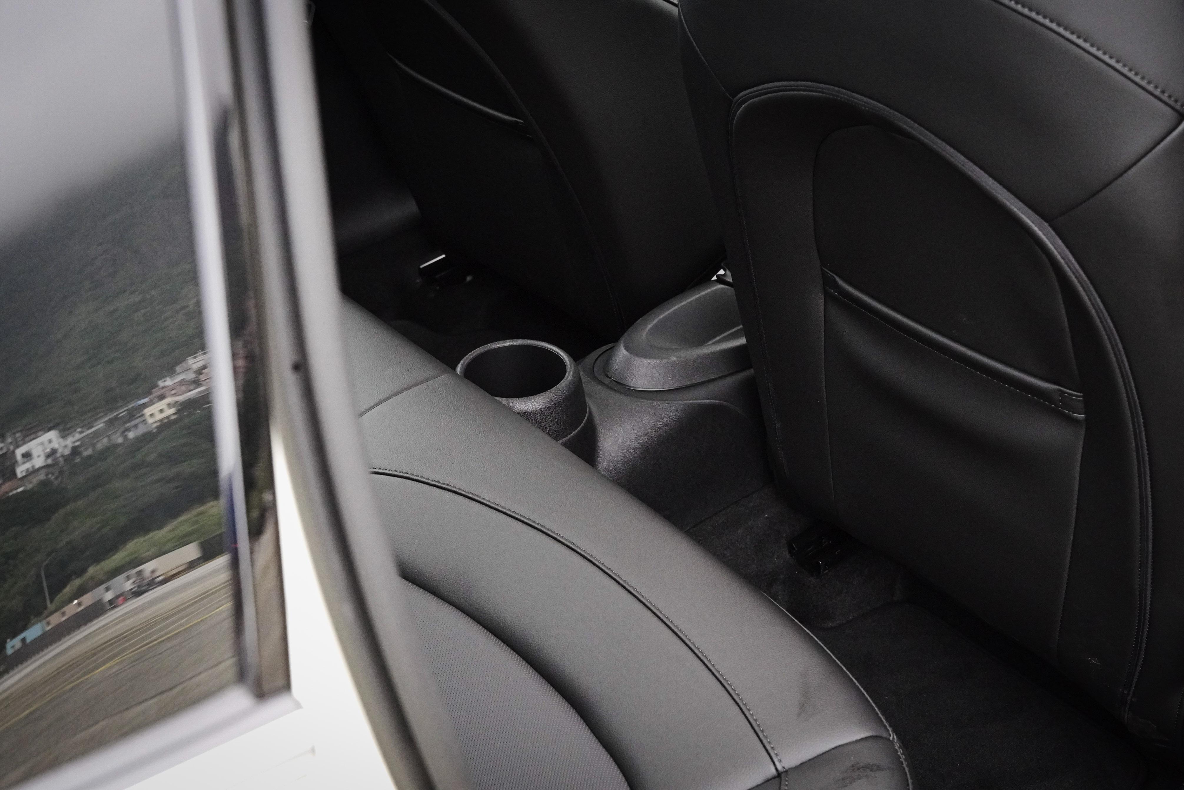 中央隆起以及置杯架,讓中間乘客舒適打了折扣。