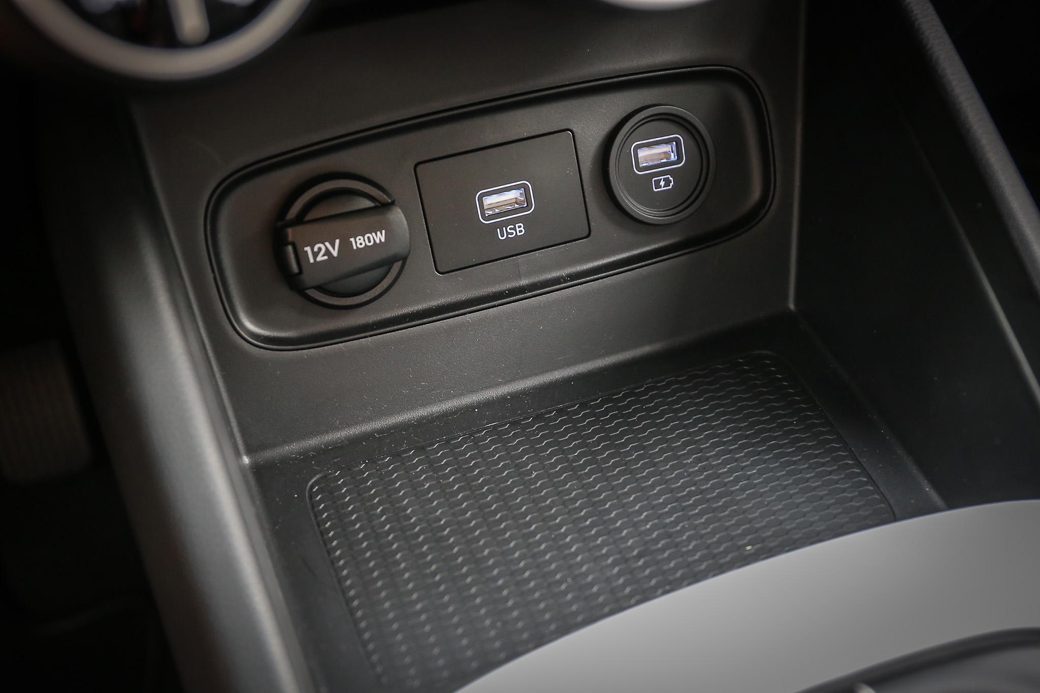 中控台下方的電源插座與置物空間相當好用。