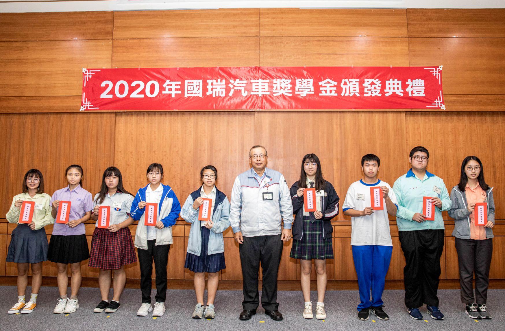 林永裕總經理與高中組得獎同學合影。