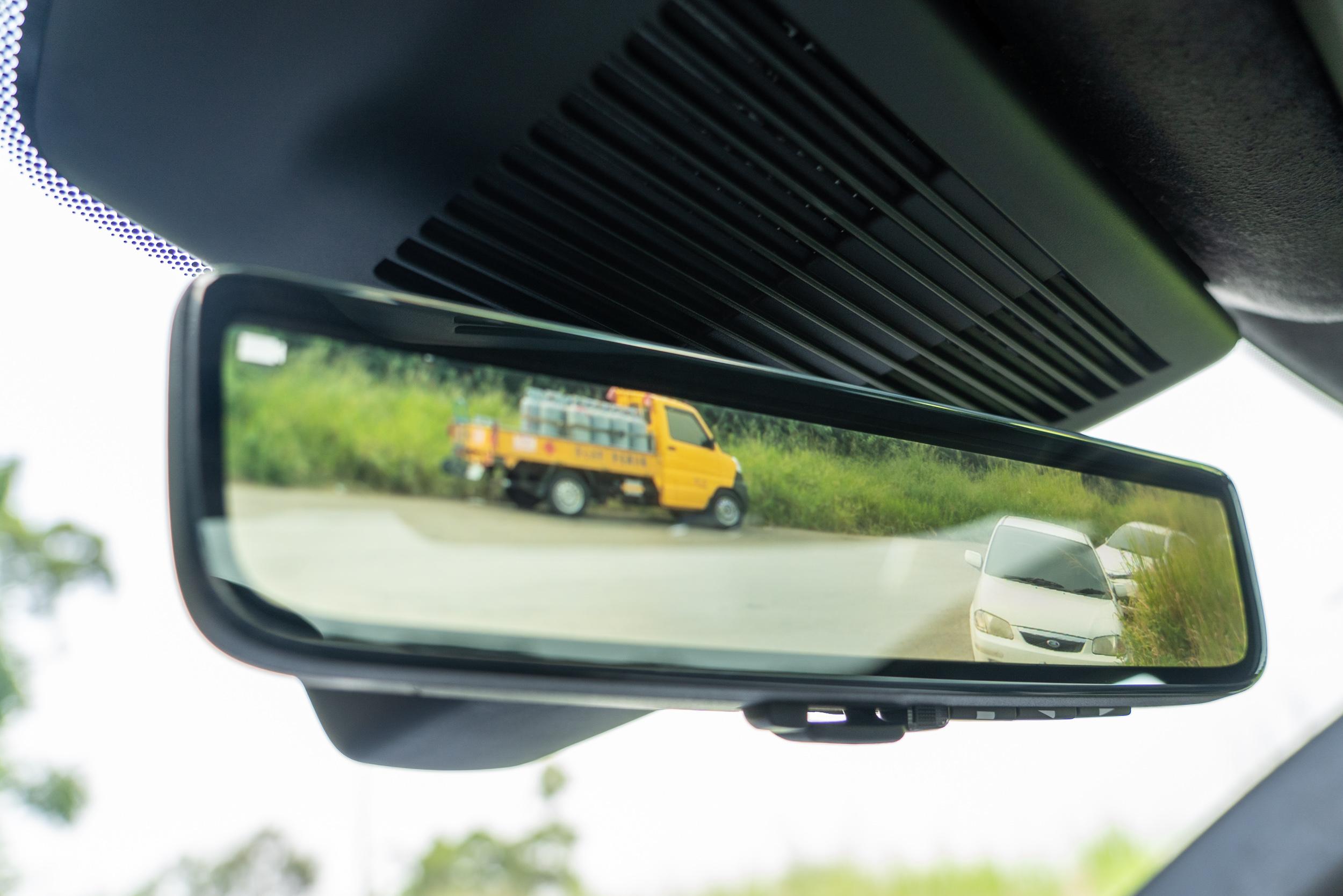 ClearSight 電子車內後視鏡為車系標準配備。