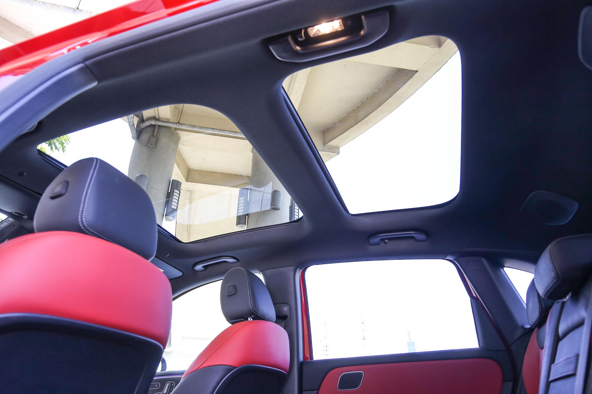 全景式電動天窗雖為選配,但個人非常推薦,空間感大幅升級。