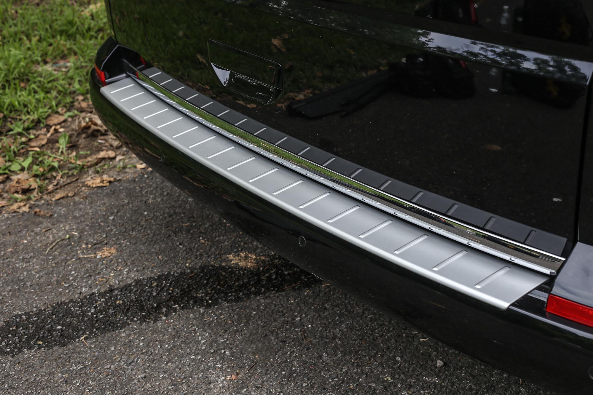後保桿上方加裝金屬飾板,減少行李取放時刮傷車漆的機會。