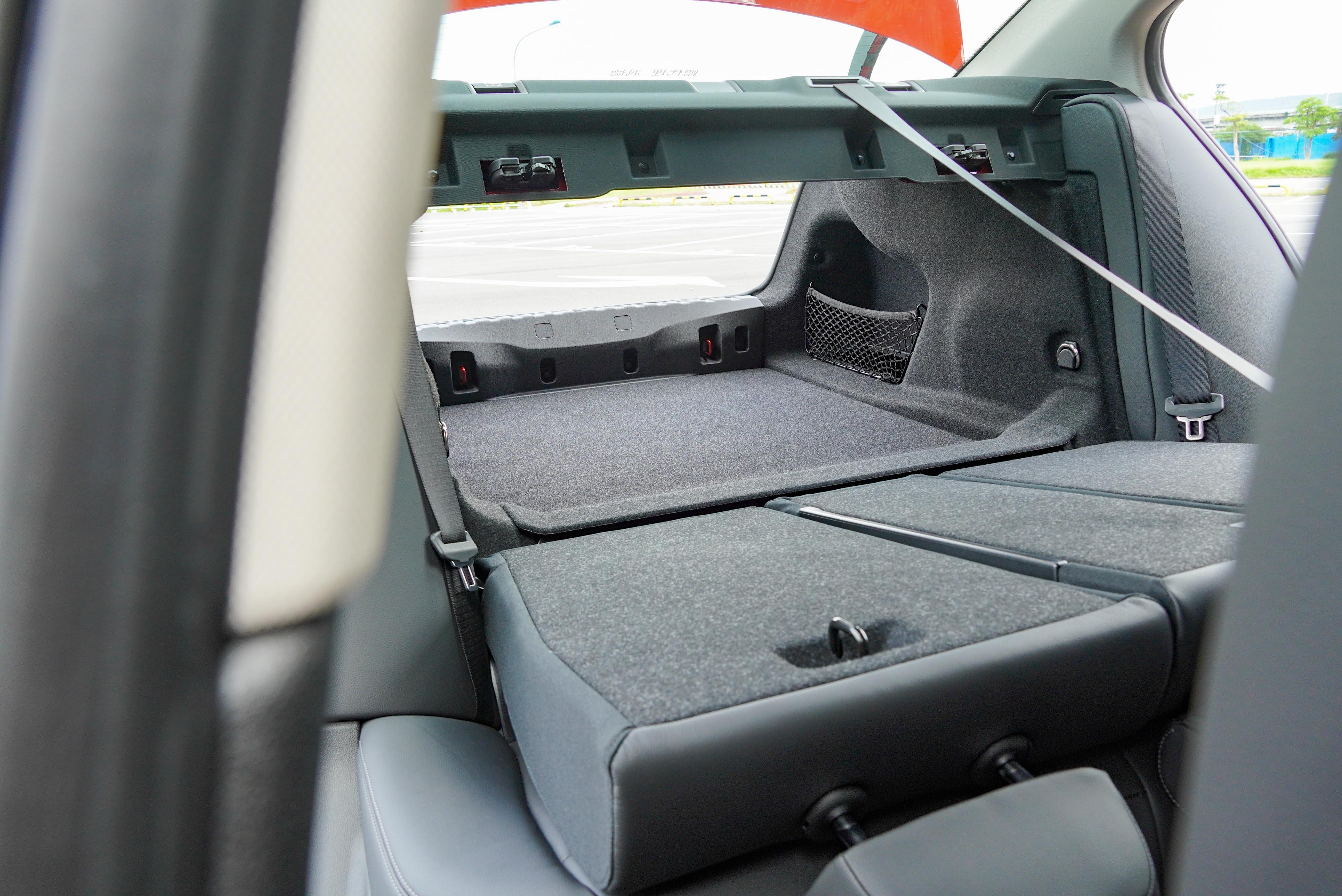 318i Luxury 標配 4/2/4 椅背分離傾倒。
