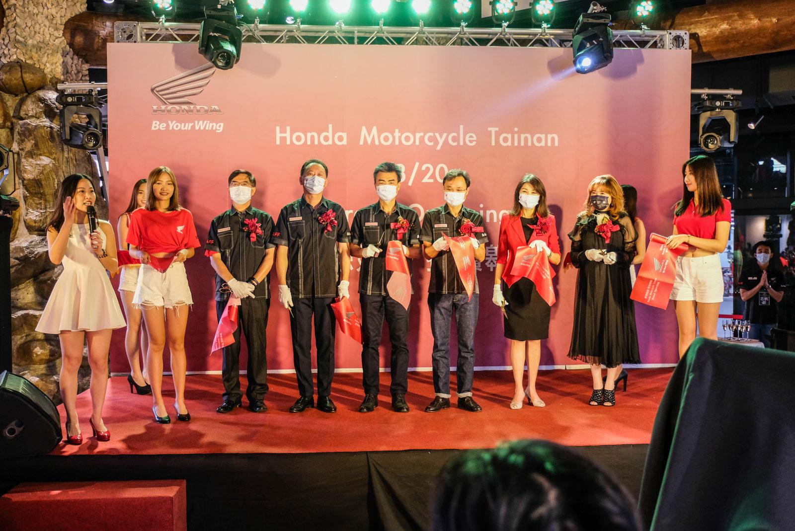 左至右 Honda Taiwan 顧客服務部 張英忠 部長 四輪營業部 暨 二輪事業部 李瑞宏 部長 隆陽汽車股份有限公司 謝建隆董事長 Honda Taiwan 董事長 豐田 誠。