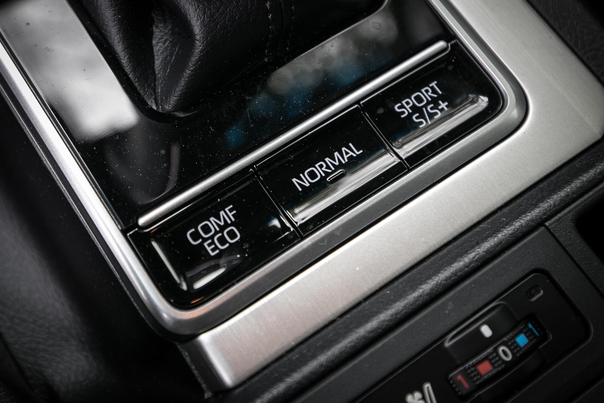 三種動力模式切換設置於排檔桿後。