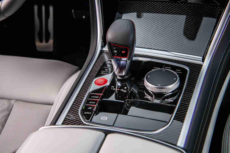 BMW X6 M 採用 Drivelogic 三段換檔邏輯,緊密順暢的換檔反應提升行駛舒適性與油耗效率。