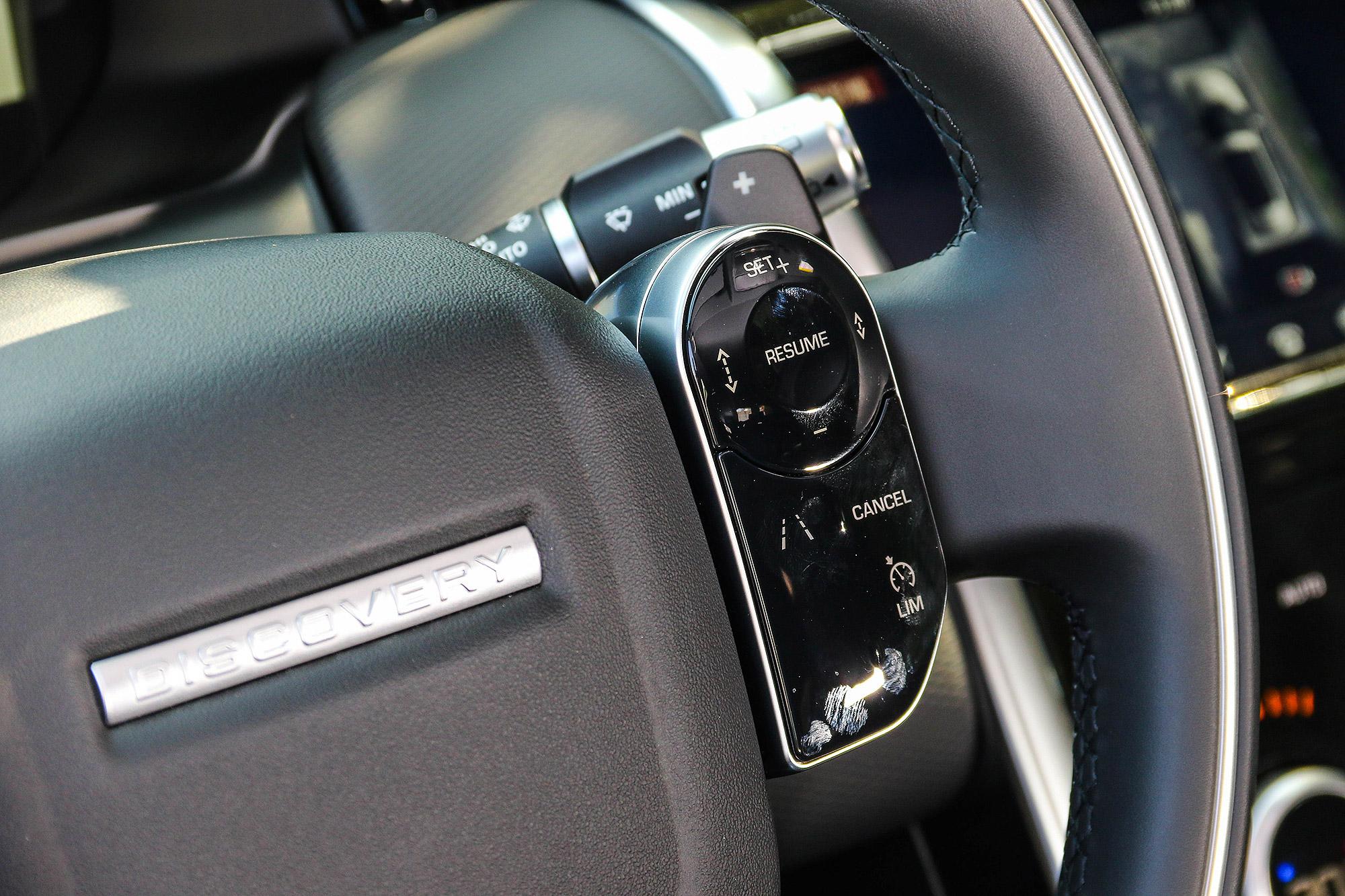 多功能按鈕具有電容式感應控制功能。