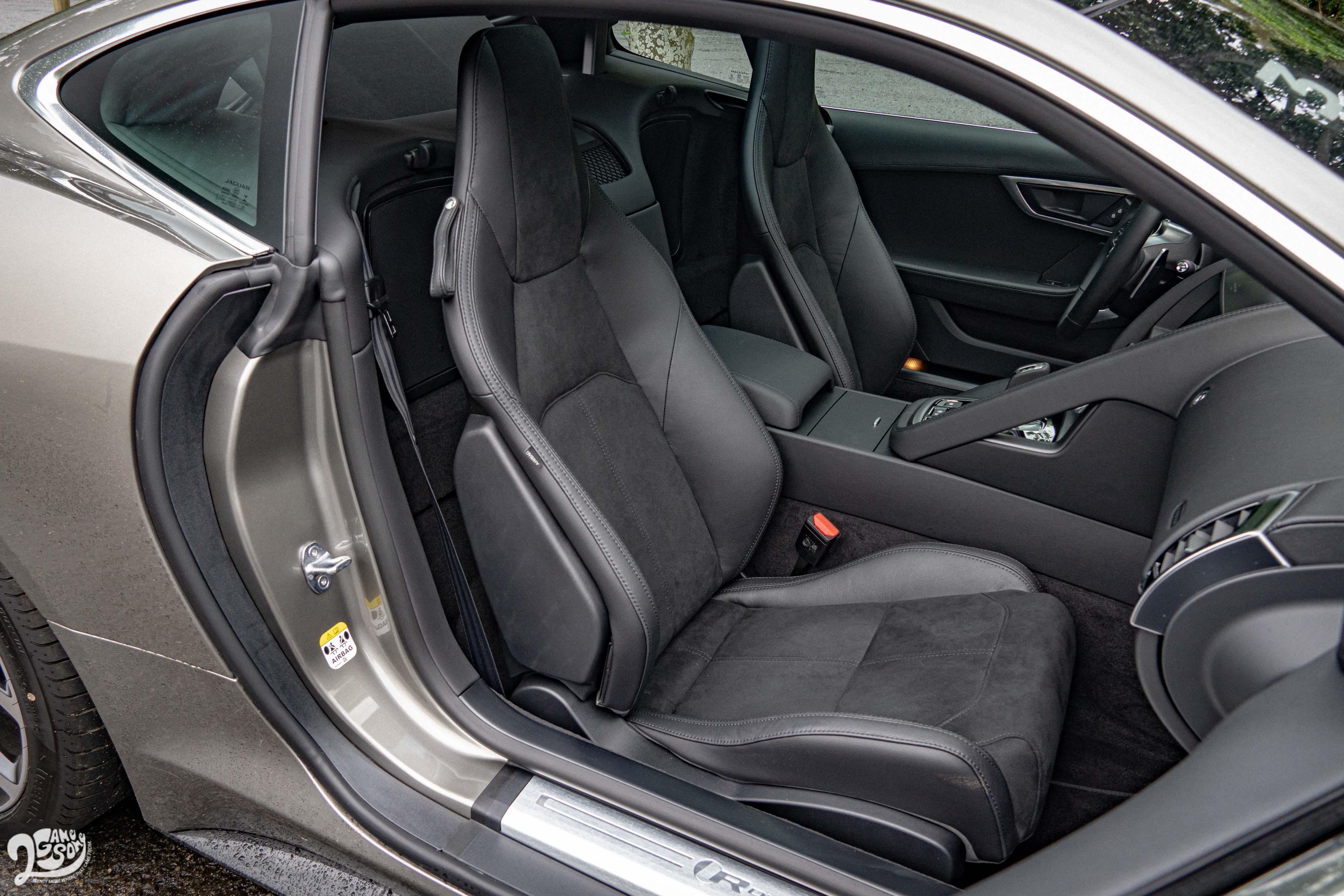 P300 R-Dynamic 車型配備皮革/麂皮 6 向電動調整跑車座椅。