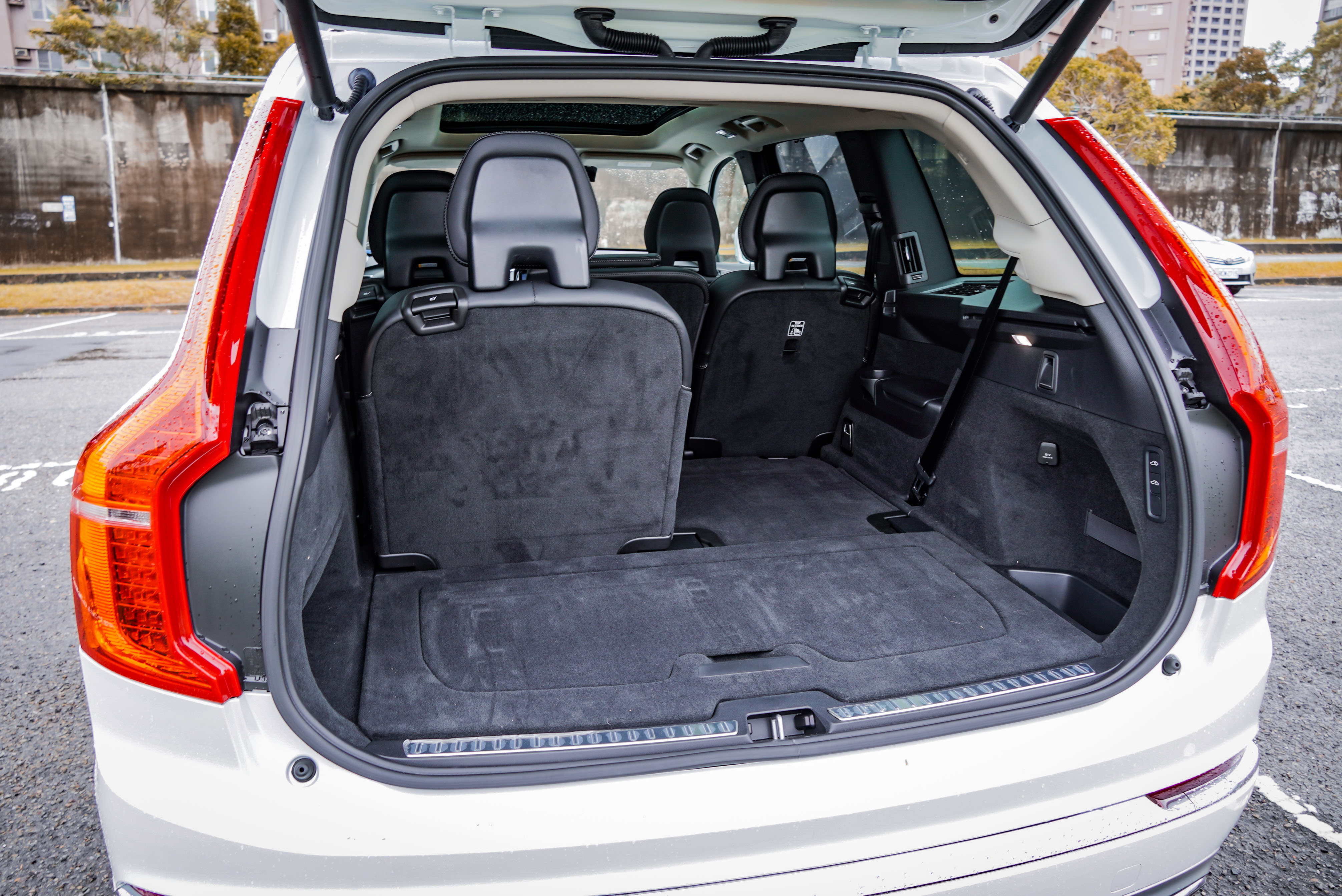 三排座椅立起時,基本容積為 282 L。