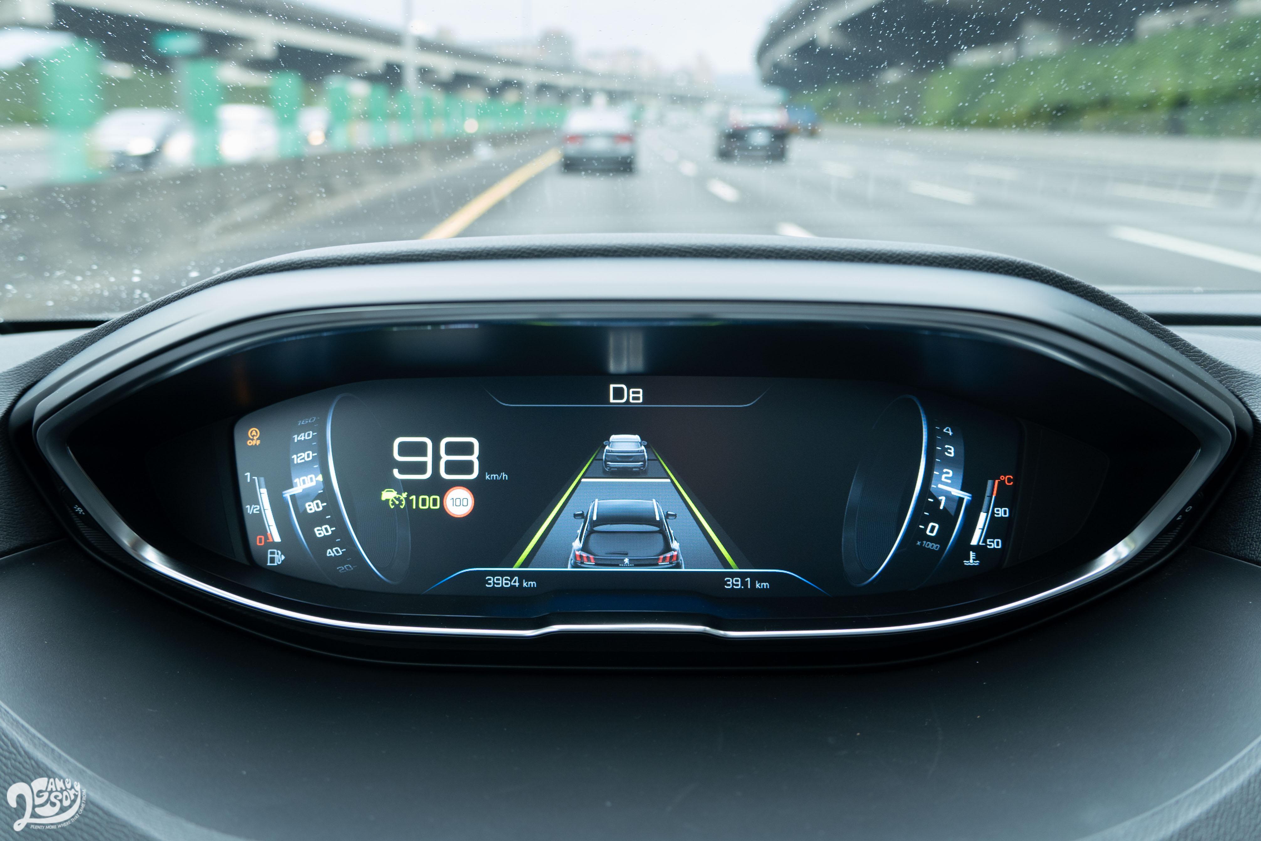 ACC 主動式定速巡航系統、LKA 車道維持系統、SLI 速率掃描辨識系統資訊皆顯示於12.3 吋全數位儀錶。