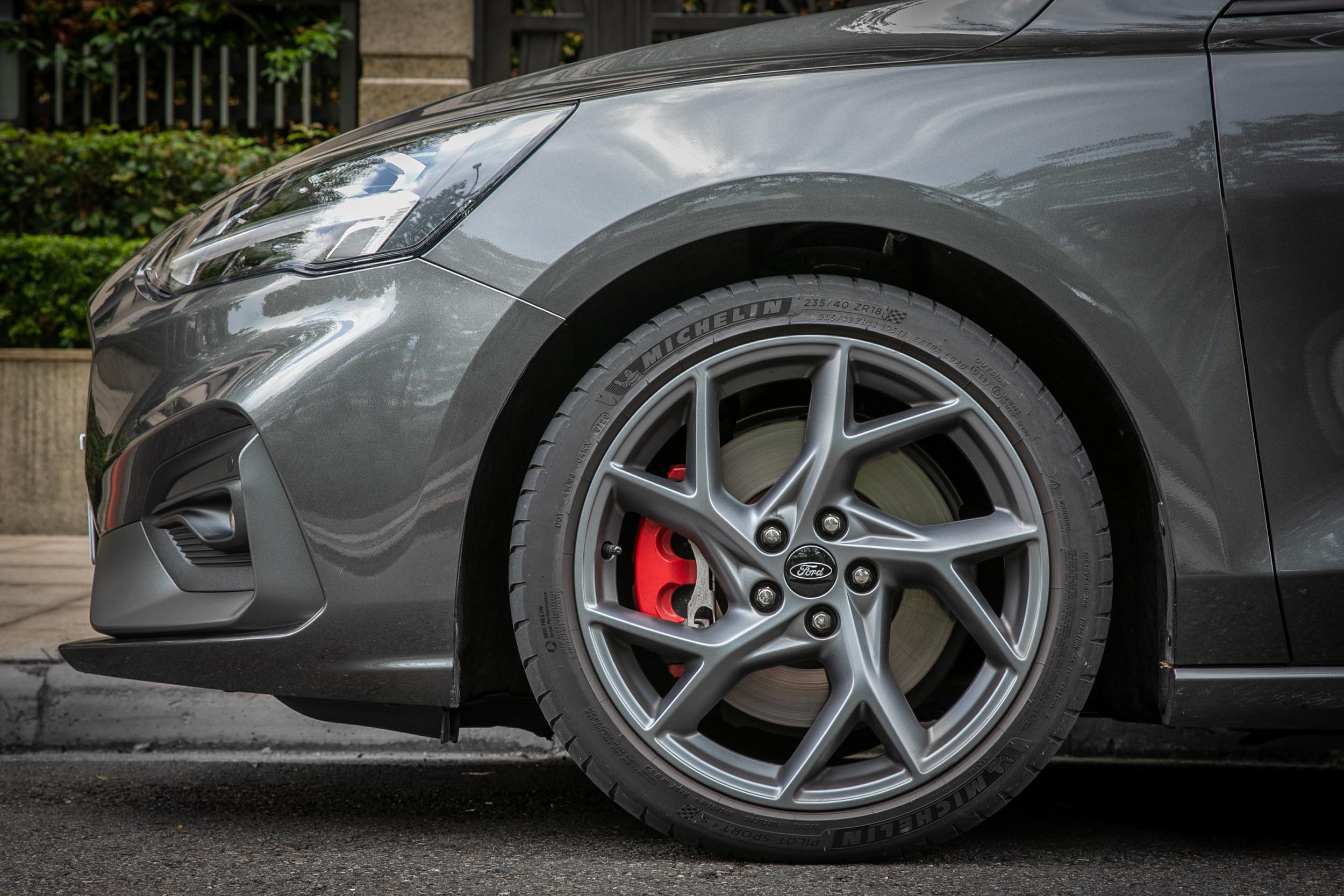 腳下的輪圈從19吋縮減至18吋,配胎都是Michelin Pilot Sport 4S性能胎,但尺碼從235/35ZR19改為235/40ZR18。