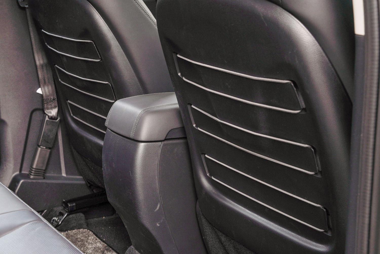 前座椅背的書報袋設計相當特別,固定於其中的是彈性繩,可以依照需求拆下,也可另外固定在後廂兩側的掛鉤上。