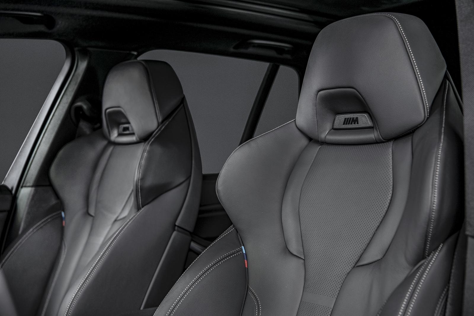 BMW X5 Dark Knight曜黑版配備 Vernasca真皮內裝、M雙前座跑車座椅及雙前座加熱座椅。