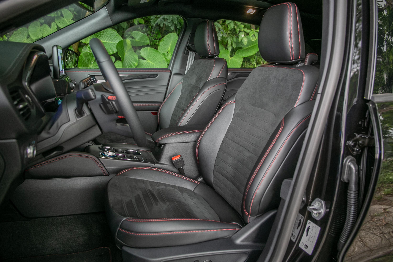 ST-Line 專屬類麂皮運動座椅,駕駛座有 10 向電動調整,副駕駛則為手動調整。