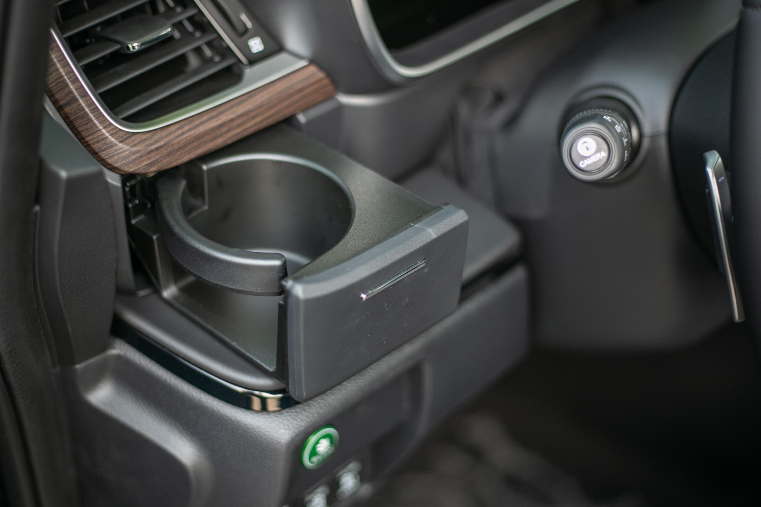 駕駛座左側新增一個隱藏式置杯架。