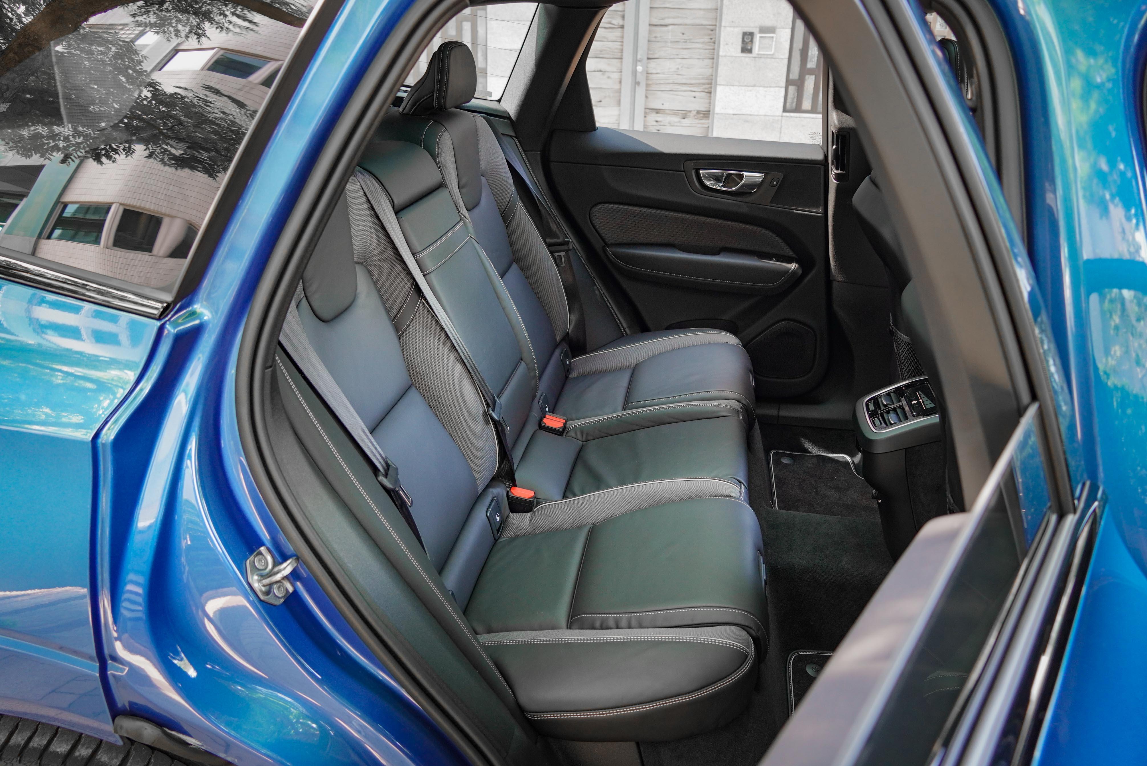 後座受限於四輪傳動系統的隆起,中央乘客會犧牲部分腿部空間。