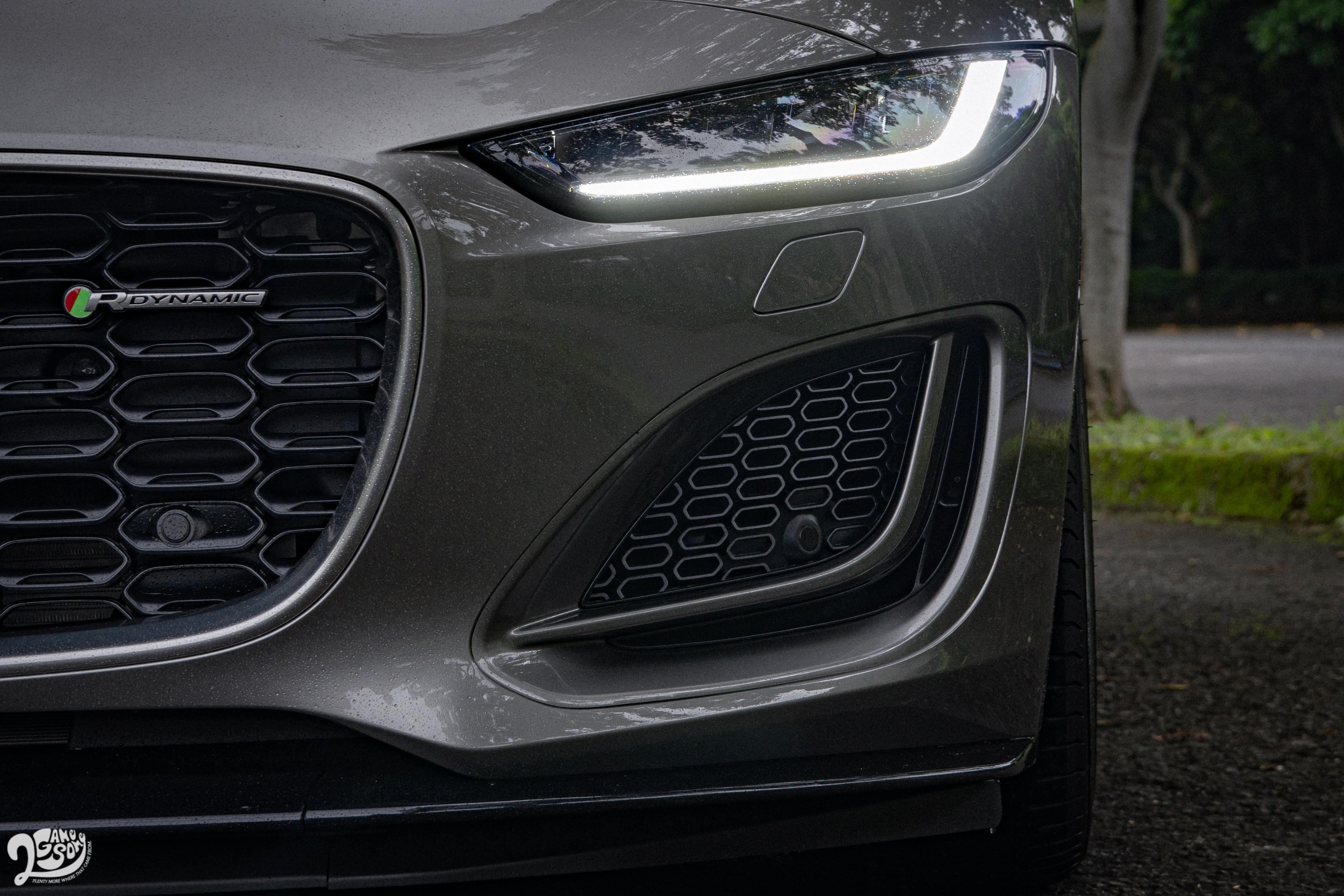 細長的頭燈造型搭配兩側氣壩設計,讓車頭視覺重心更往下沉。