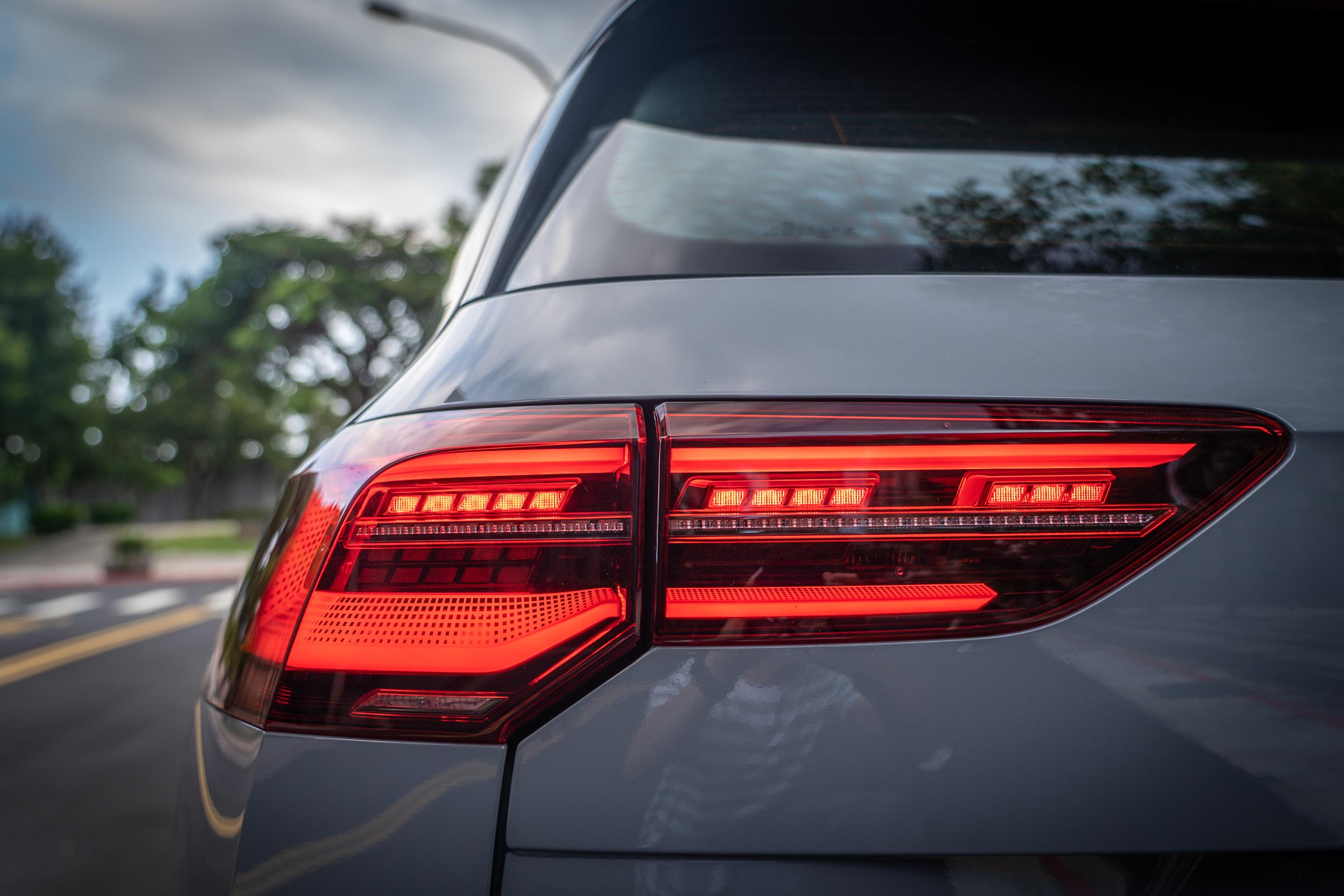 尾燈同樣為 LED 規格,並有動態轉向指示燈設計。