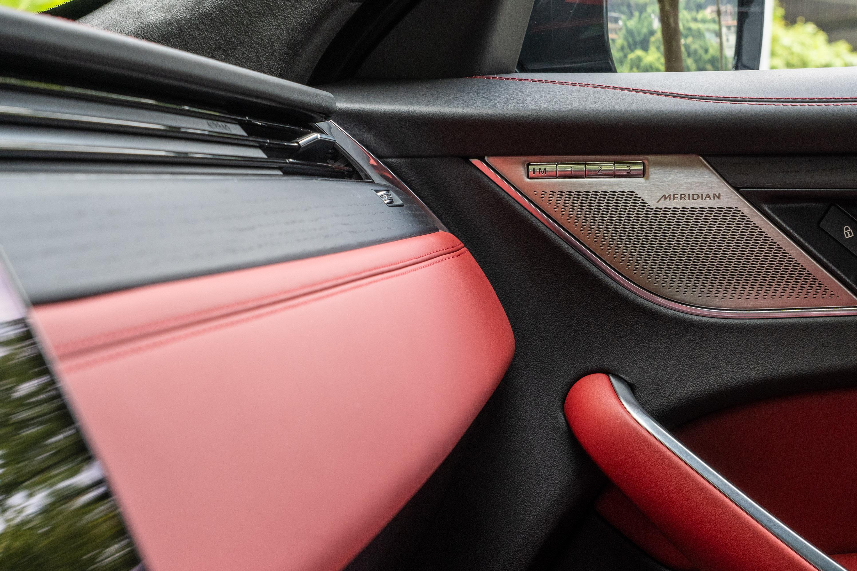 標配的Meridian400W音響系統,加諸了主動降噪技術,可針對行路雜音進行主動抑制,讓車內寧靜表現更上層樓。