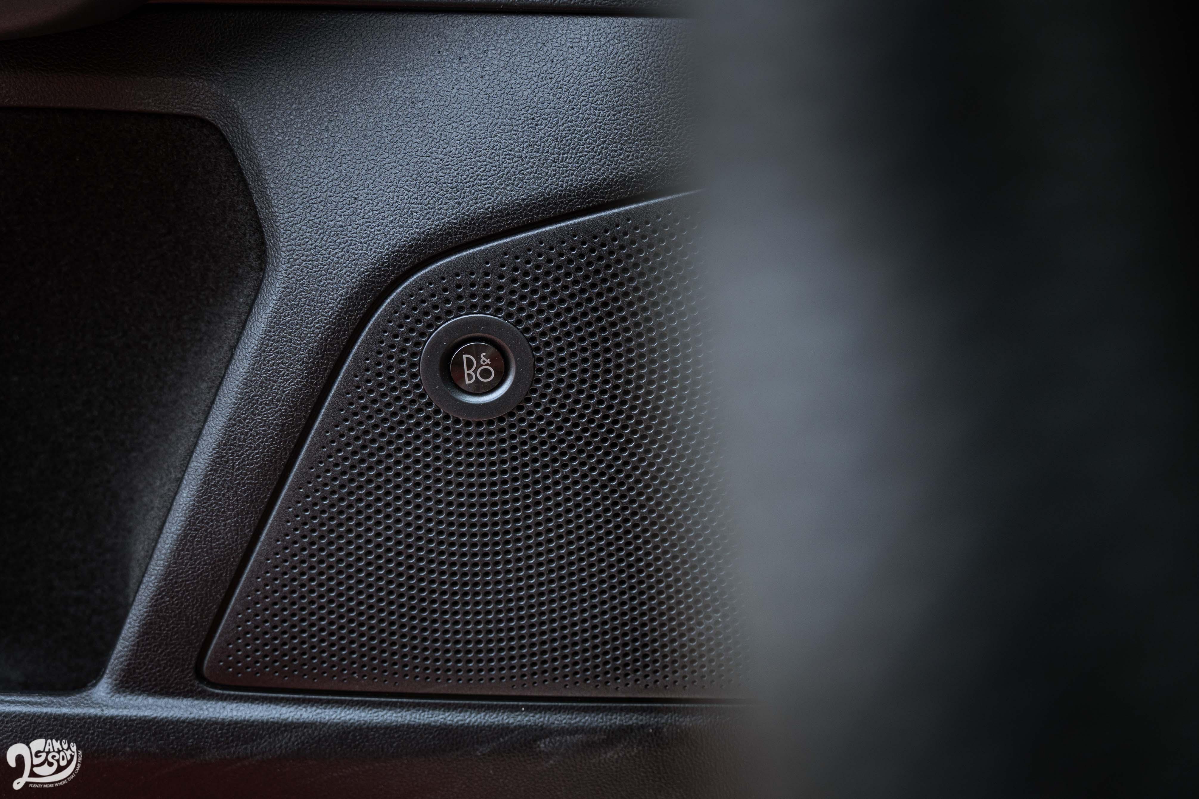 標配 B&O 重低音環艙音響系統。