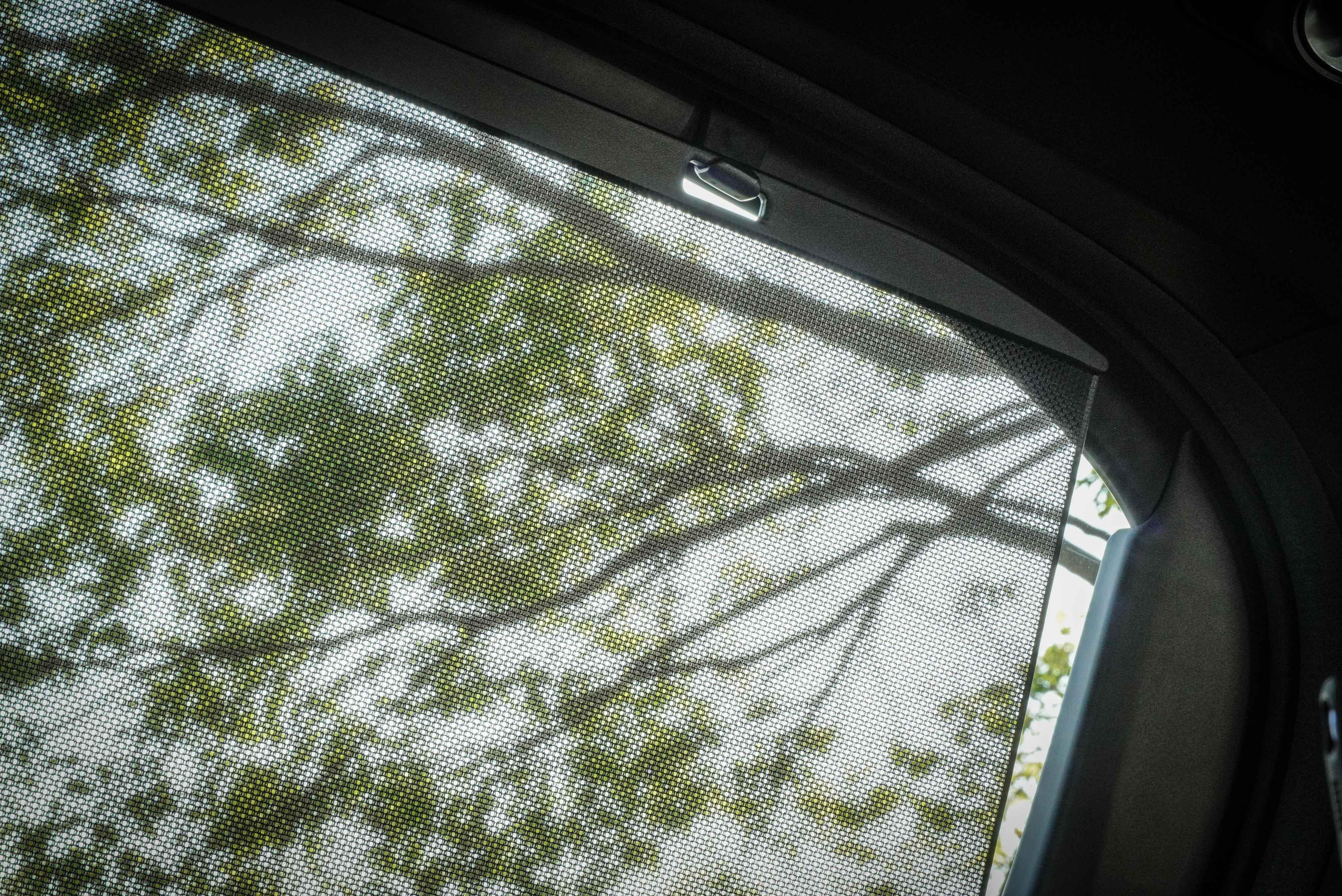 第二排配備手動車窗遮陽簾。