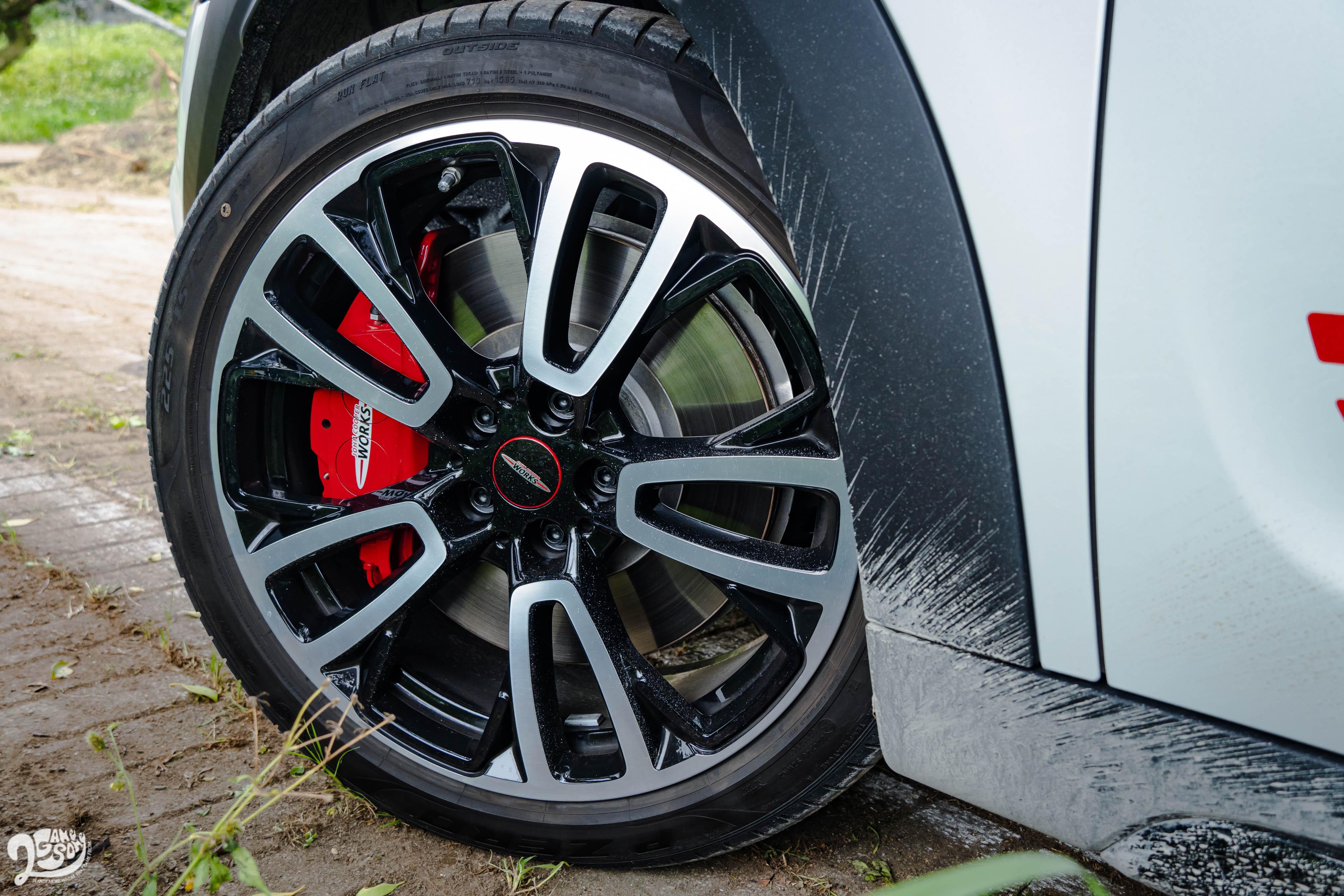 JCW Countryman 配備 19 吋輪圈,配胎為失壓續跑胎。
