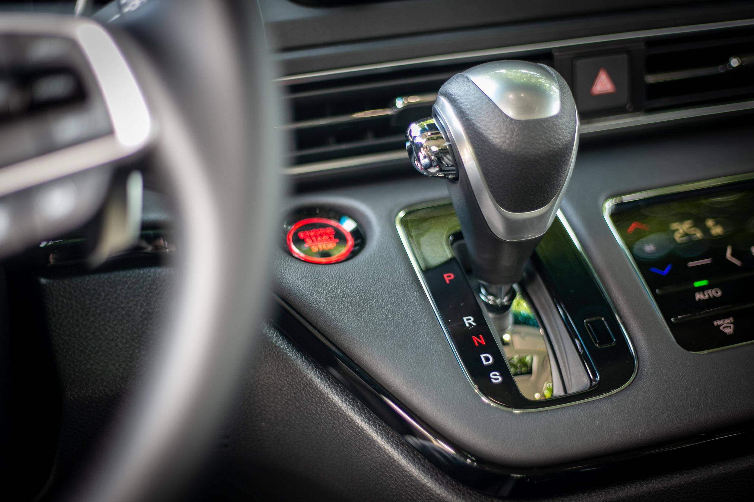 搭配 CVT 變速箱與前輪驅動配置,原廠油耗測試數據為 12.9km/L。