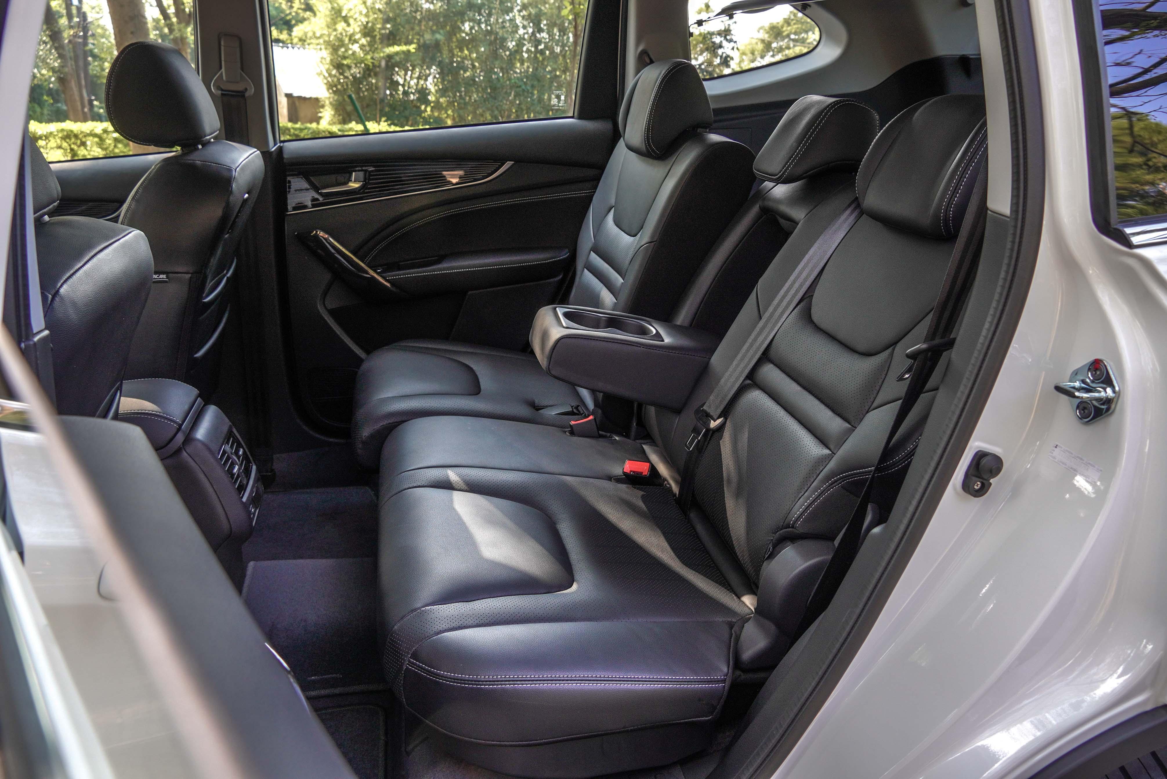 URX 五人座第二排椅背提供角度多段調節/前後滑移。