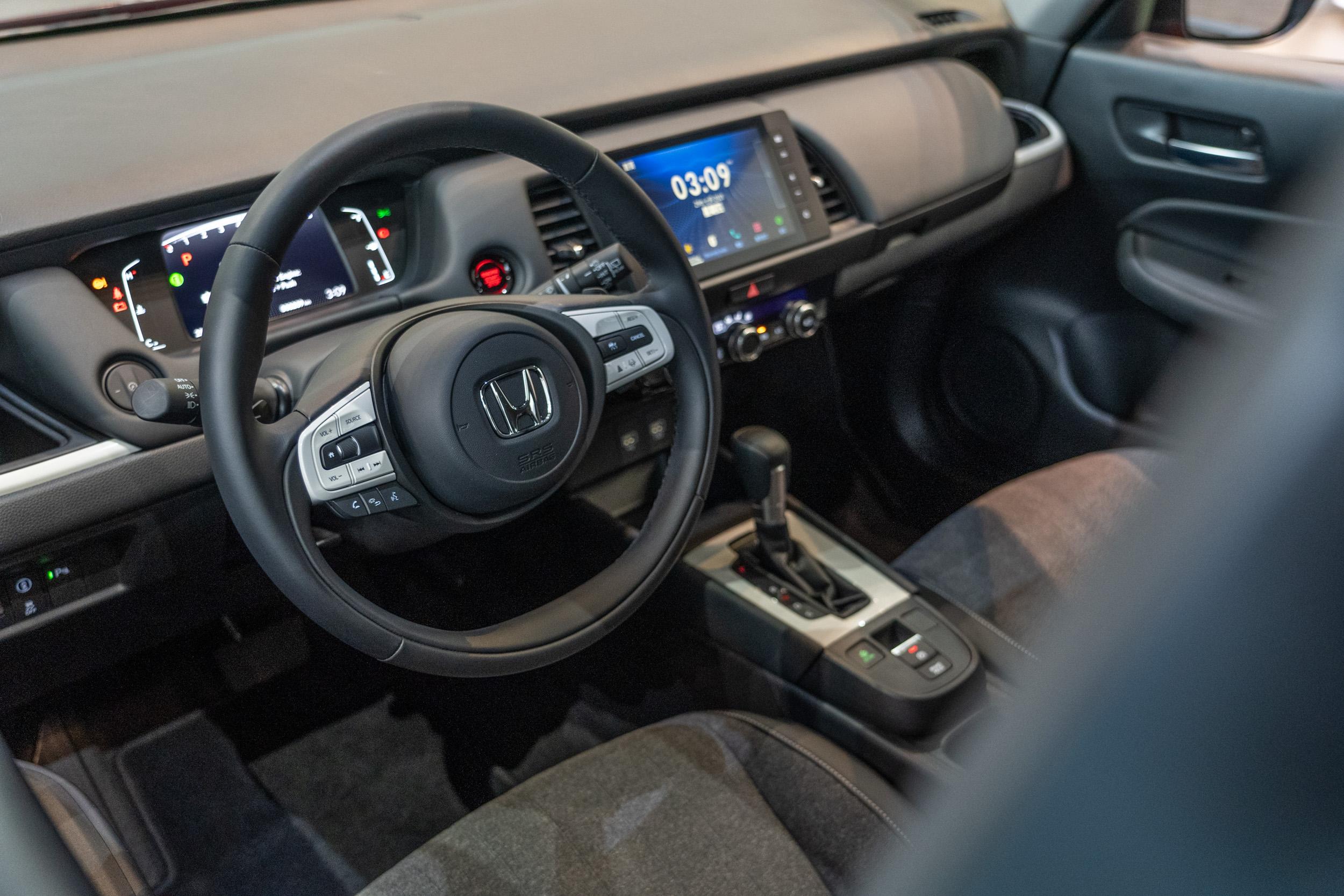 導入Honda e電動車概念設計的雙輻造型方向盤,採用真皮包覆,並有多功能操控介面。
