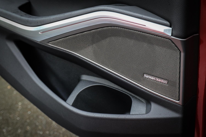 總代理汎德 11 月推出 320i M Sport 推出首發版,相同售價免費升級 HUD 抬頭顯示器與 Harman/Kardon 音響配備。