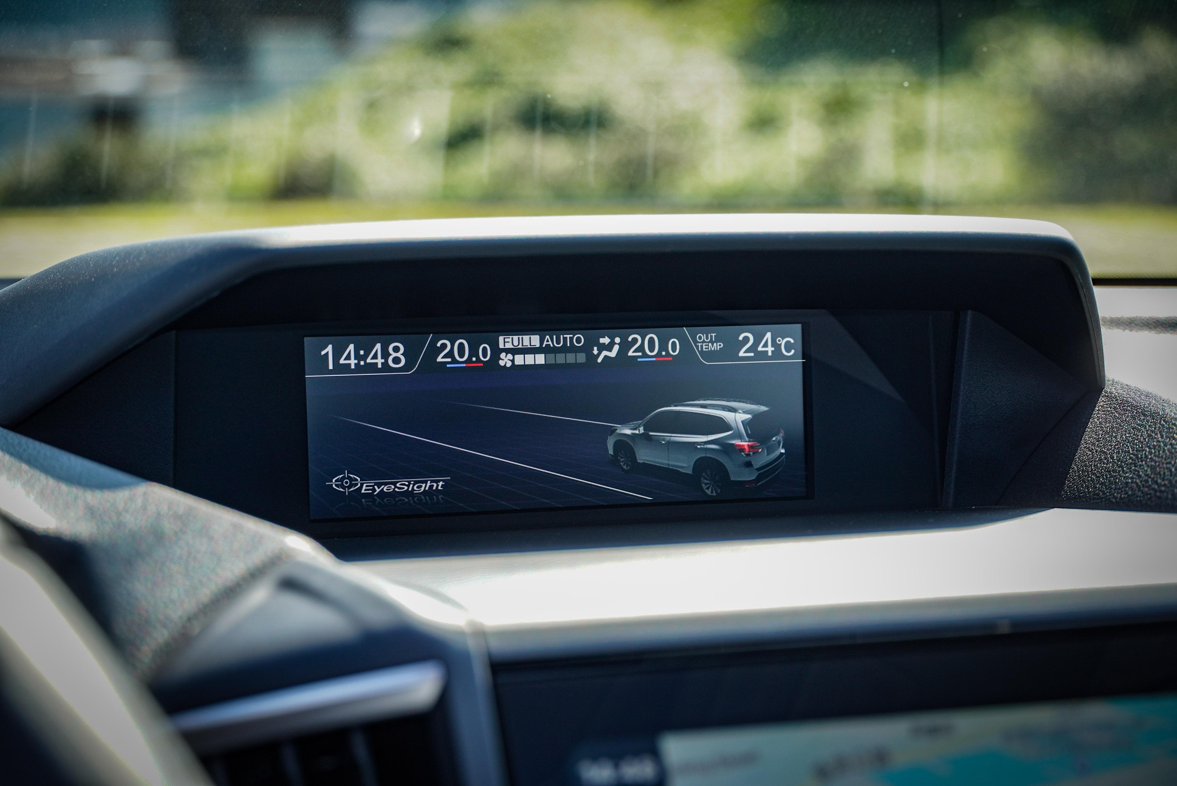 中控臺上方具備 6.3 吋多功能行車資訊顯示螢幕,可顯示多種行車資訊。