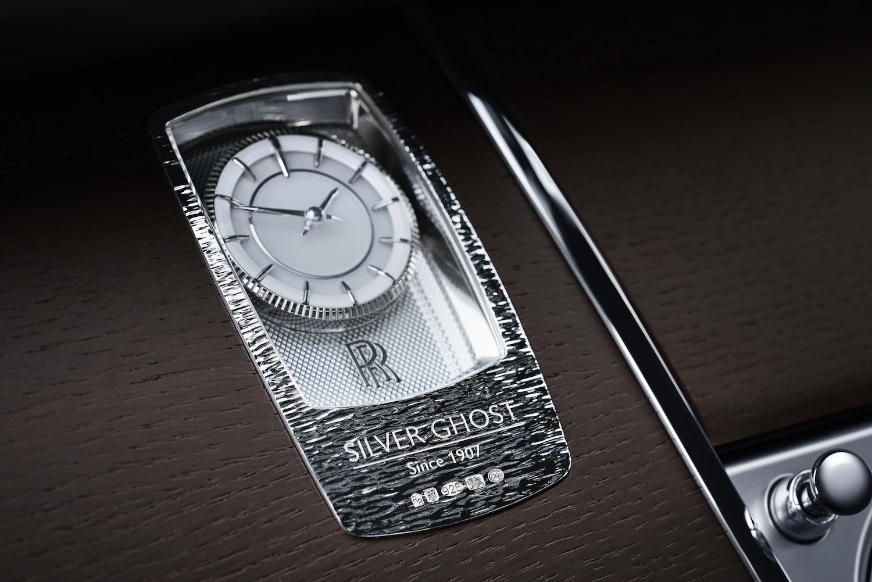 「Silver Ghost」的家族特徵還體現在時鐘設計上,造型像一塊銀質鑄錠,鐫刻著「Silver Ghost 創自 1907 年」字樣以及其獨特標誌。