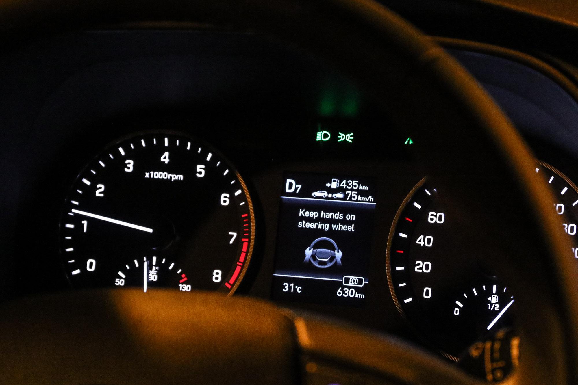 再次提醒,Hyundai SmartSense 主動安全科技仍謹遵人為主、科技為輔的邏輯,若刻意放雙手是會被提醒禁止這動作的!