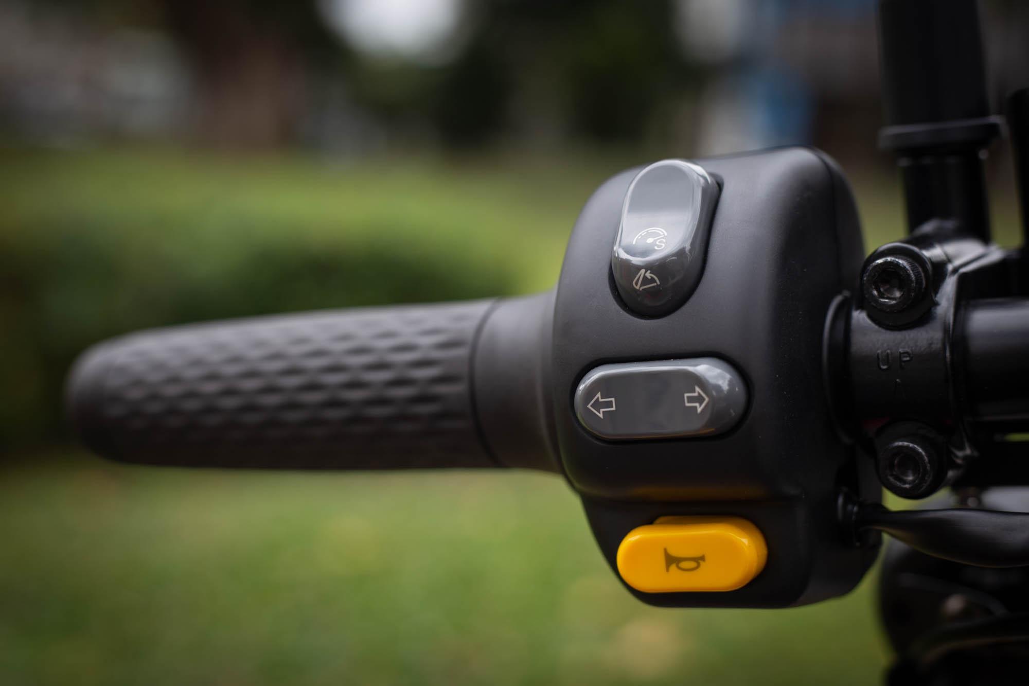 左側開關具備加速模式與座墊開啟功能開關。