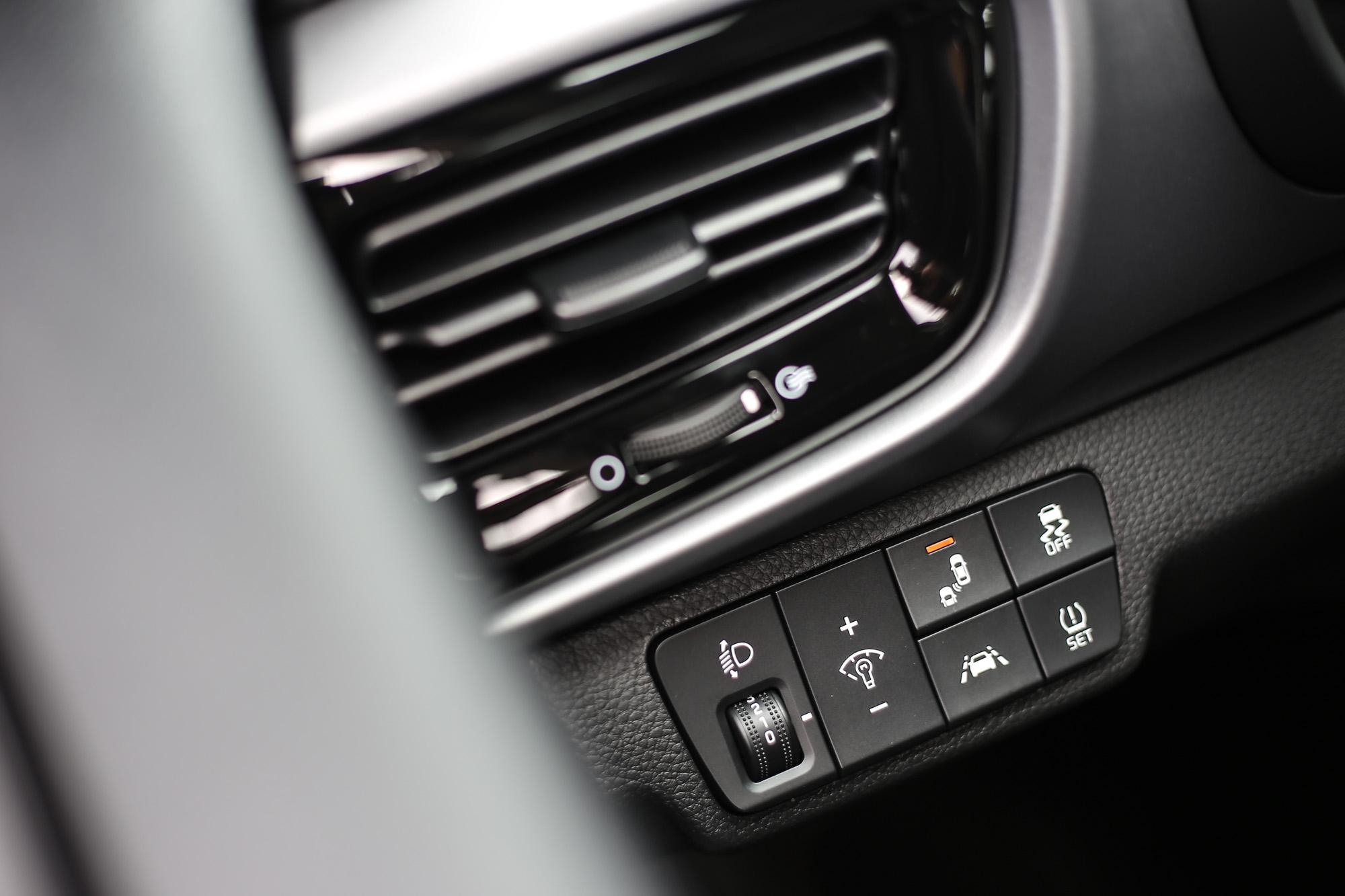 安全配備按鍵集中於方向盤左側。