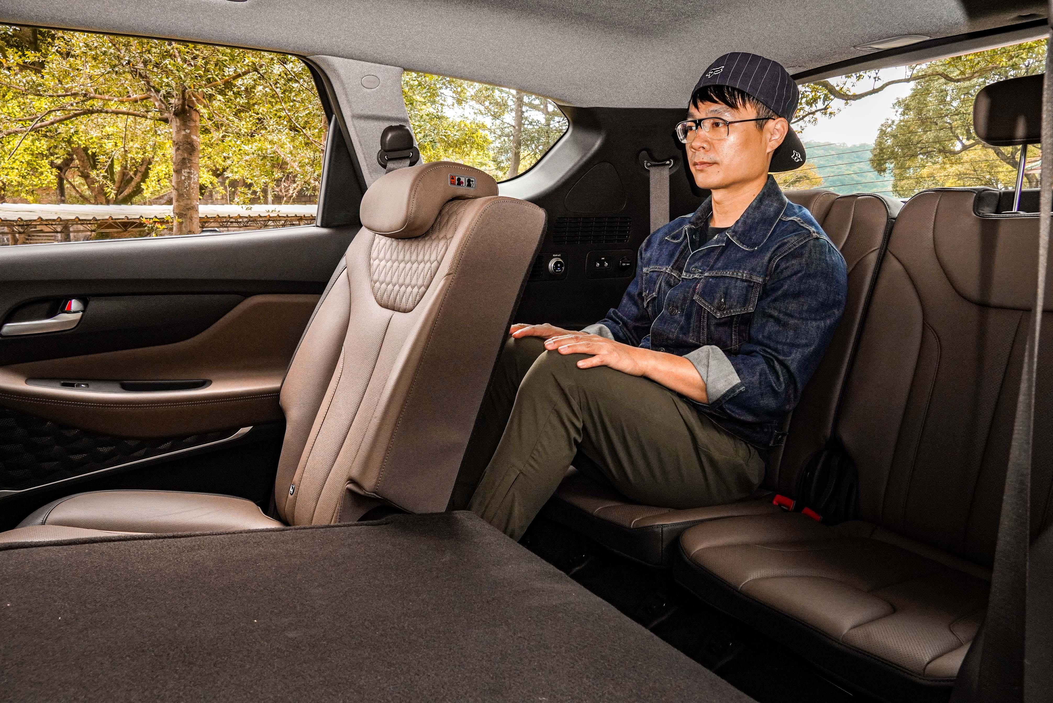 身高170 cm 的成人坐進第三排,頭部空間充裕,但膝部支撐不足;較適合短途旅行。