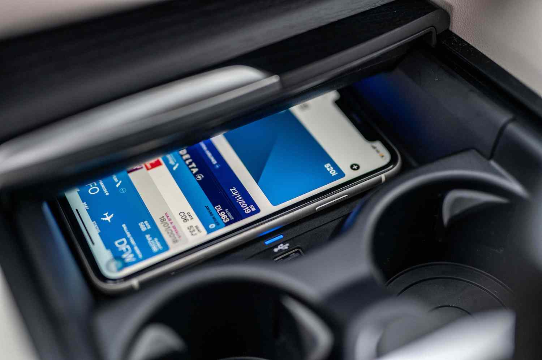 iPhone 手機數位鑰匙功能,除開鎖、解鎖功能外,只要將手機放在無線充電座上便能直接啟動引擎,同時更可透過iMessage分享功能將鑰匙分享給家人、朋友。